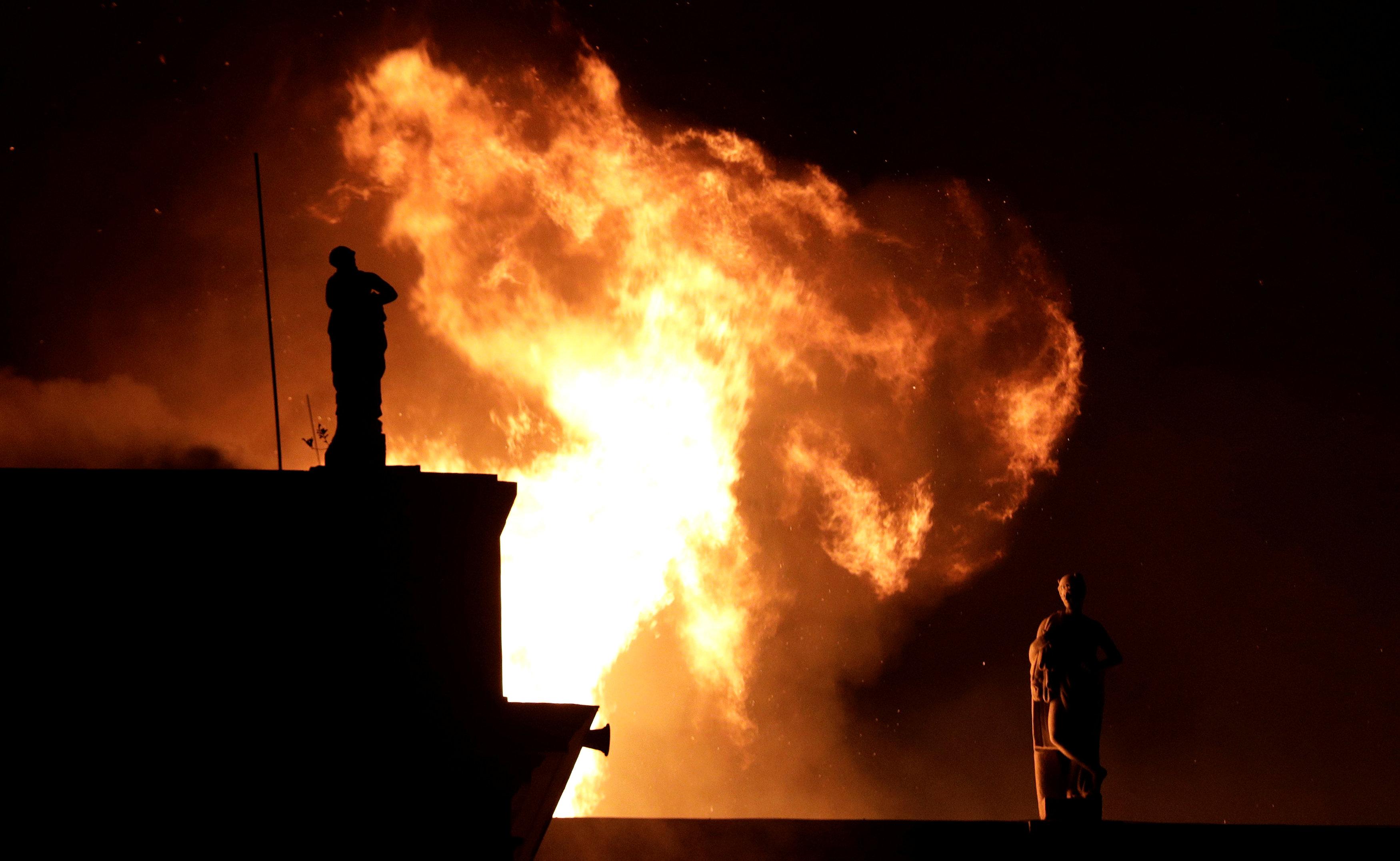 Una columna de fuego brota del museo(Reuters)