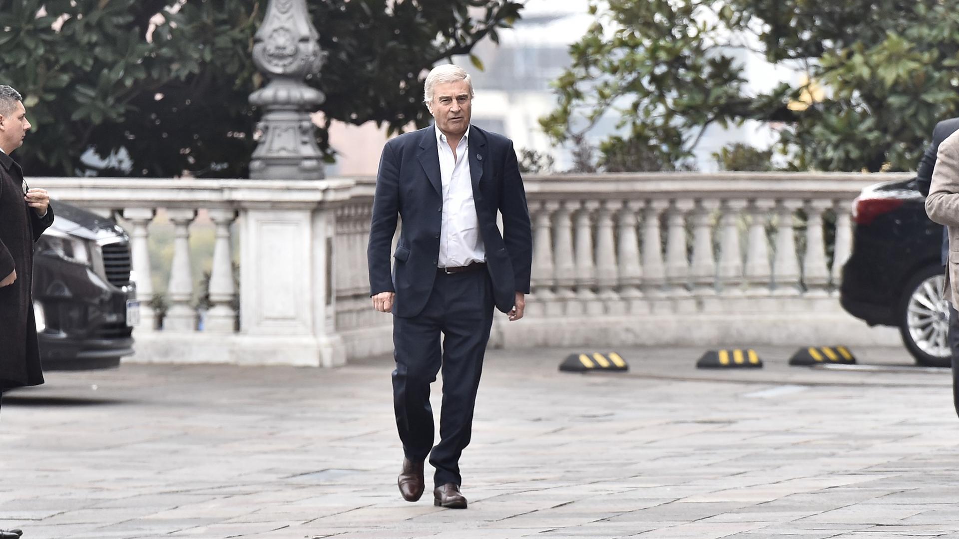 Oscar Aguad sigue al frente del Ministerio de Defensa luego de que el domingo se le ofreciera al radicalErnesto Sanz en una de las reuniones realizadas en Olivos y no aceptó
