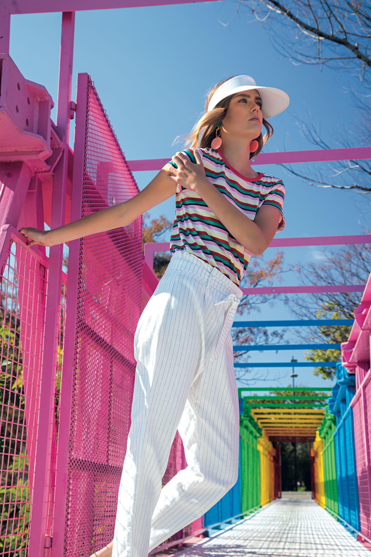 Remera de algodón ($ 600, Zhoue), pantalón de tiro alto con rayas ($ 1.595, Koxis), visera (Sombreros Eugene) y aros de acrílico ($ 420, Las Pepas).(Foto: Fernando Venegas/ Para Ti)