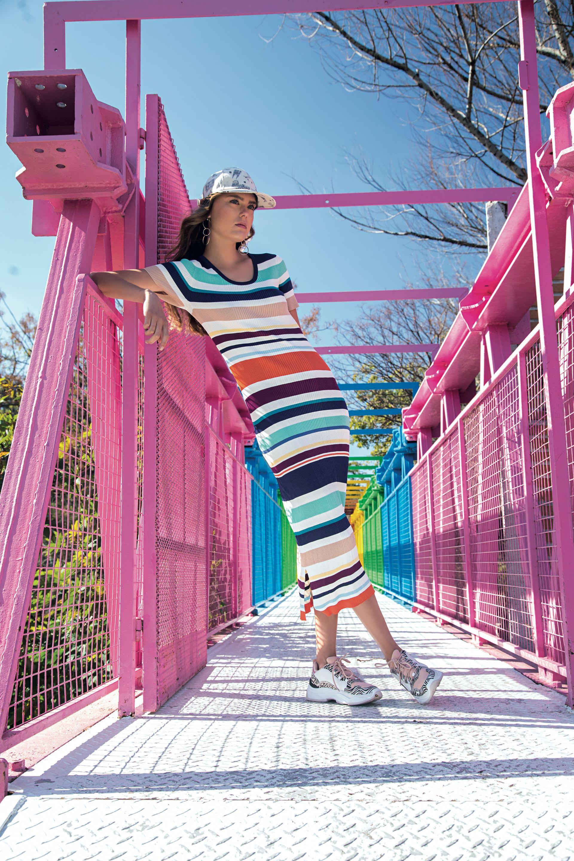 Vestido de punto ($ 6.480, Tommy Hilfiger), cap estampado ($ 400, Sombreros Eugene by Victoria Morete), zapatillas estilo daddy ($ 3.600, Aldo para Grimoldi) y aros de argollas ($ 500, Cuatro Musas).(Foto: Fernando Venegas/ Para Ti)