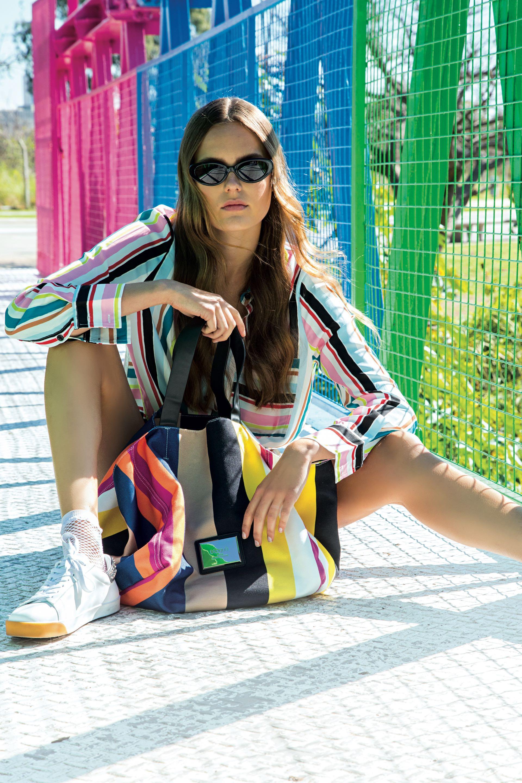 Camisa rayada de poplín ($ 3.150, Kosiuko), soquetes (Silvana Swiss Origin), zapatillas de cuero ($ 4.100, Uma), bolso rayado de lona ($ 2.190, Blaquè) y anteojos estilo matrix ($ 2.480, Las Pepas).(Foto: Fernando Venegas/ Para Ti)