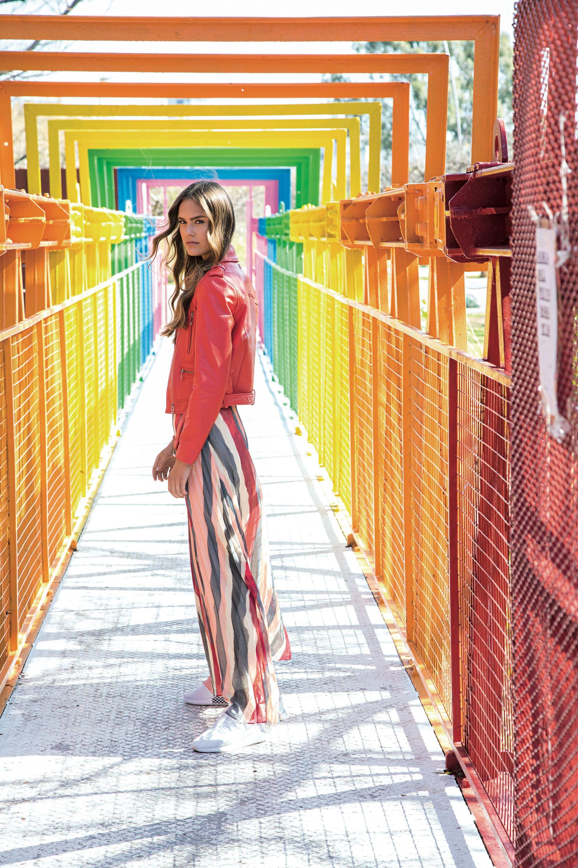 Campera de cuero ($ 11.900, Las Pepas), falda plisada ($ 3.900, Rapsodia), y zapatillas de running ($ 2.799, adidas).(Foto: Fernando Venegas/ Para Ti)