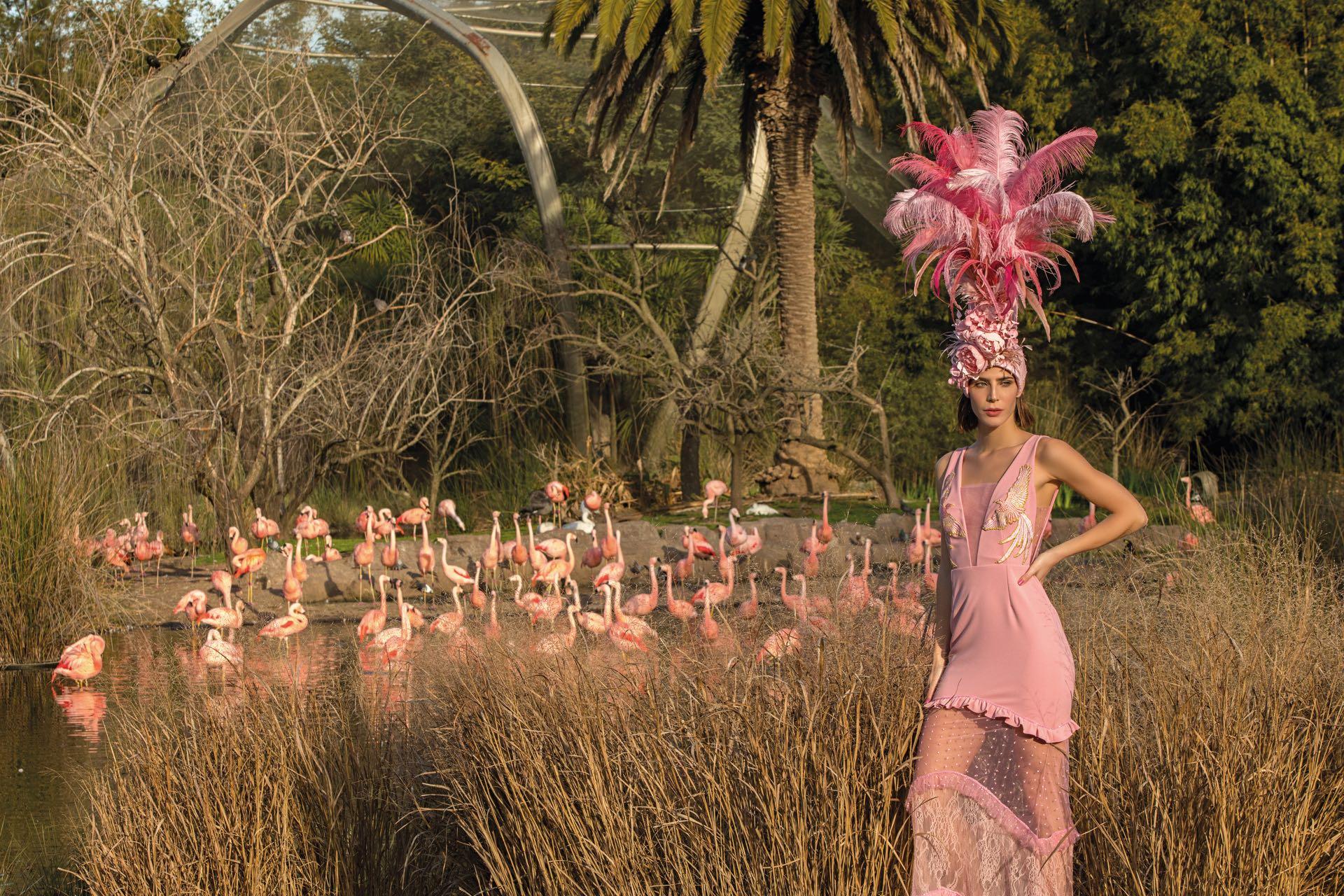 Vestido de crepé elastizado con pechera bordada ($ 23.000, China by Natalia Antolin) y tocado hecho a mano con flores y plumas artificiales (Fabi Pojatti).(Fot0: Fernando Venegas/ Para Ti)