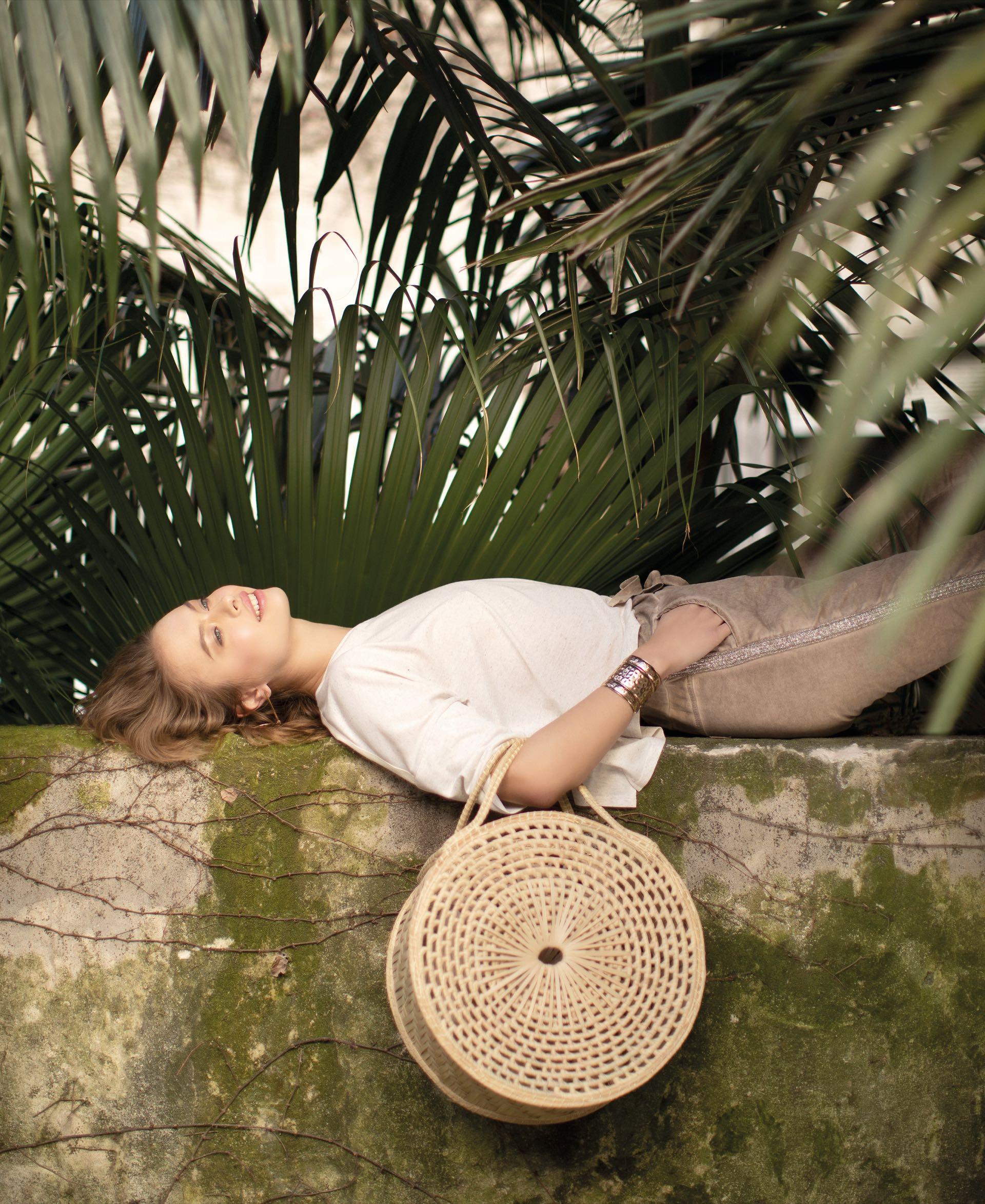 Remera amplia ($ 899, Melocotón), pantalón de lino con guarda al costado ($ 3.980, Brava) y canasta circular ($ 3.000, Cipitria). (Foto: Chris Beliera/ Para Ti)
