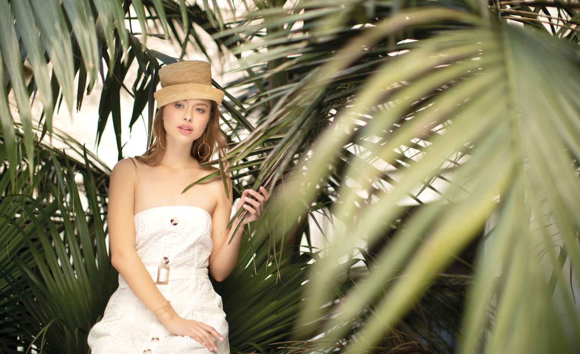 Sombrero ($ 2.600, Greenpacha), vestido strapless de guipure ($ 9.000, Laurencio Adot) y aros (Luna Garzón). (Foto: Chris Beliera/ Para Ti)