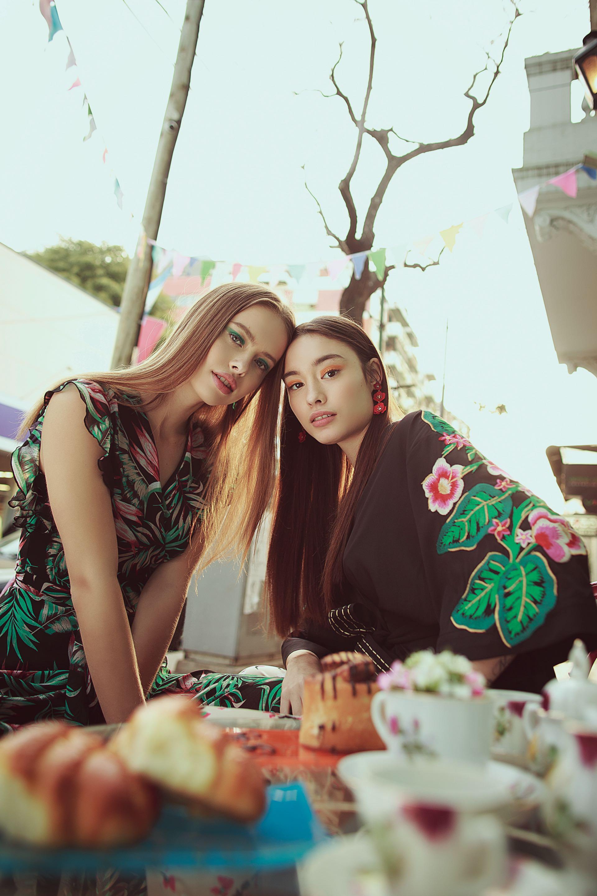 Sofi: vestido cruzado de gasa ($ 6.268, Mirta Armesto). Sofía: kimono bordado ($ 7.800, Uma), pantalóncon cintura alta (Vitamina) y aros de flores ($ 1.500, Luna Garzón). (Foto: Osky Sorairez/ Para Ti)