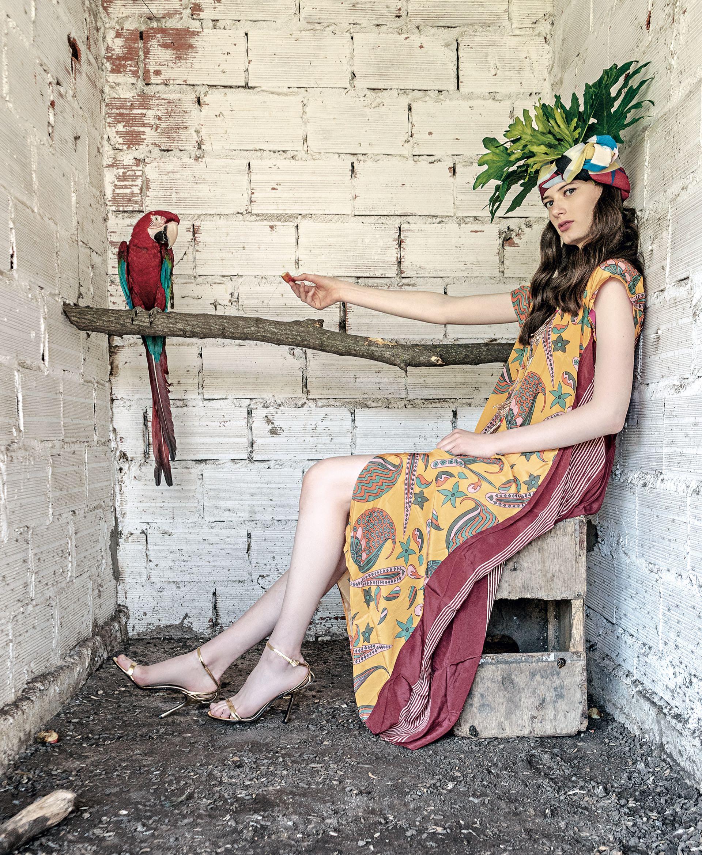 De seda estampadacon espalda rayada(Rapsodia) y sandalias (Evangelina Bomparola). (Foto: Juan Jauregui/ Para Ti)
