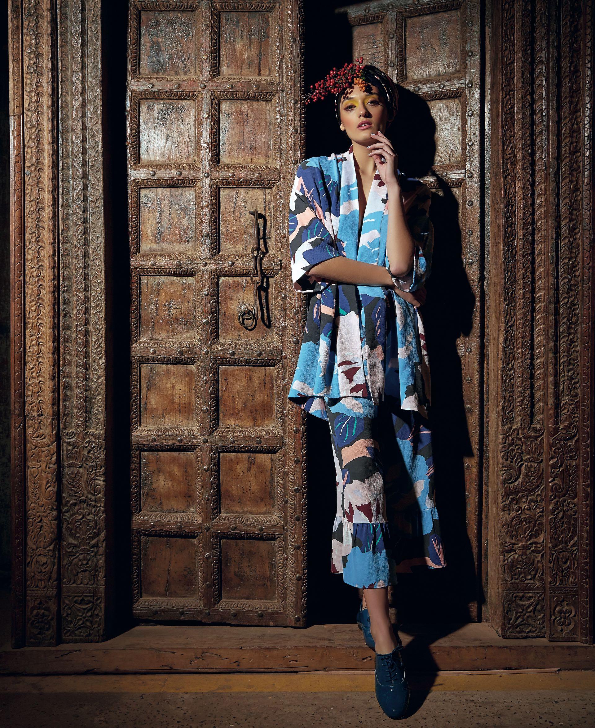 Kimono y pantacourt ($ 4.600 y $ 4.400, Vitamina) y zapatos acordonados ($ 4.260, Mishka). (Foto: Marcello Molinari/ Para Ti)