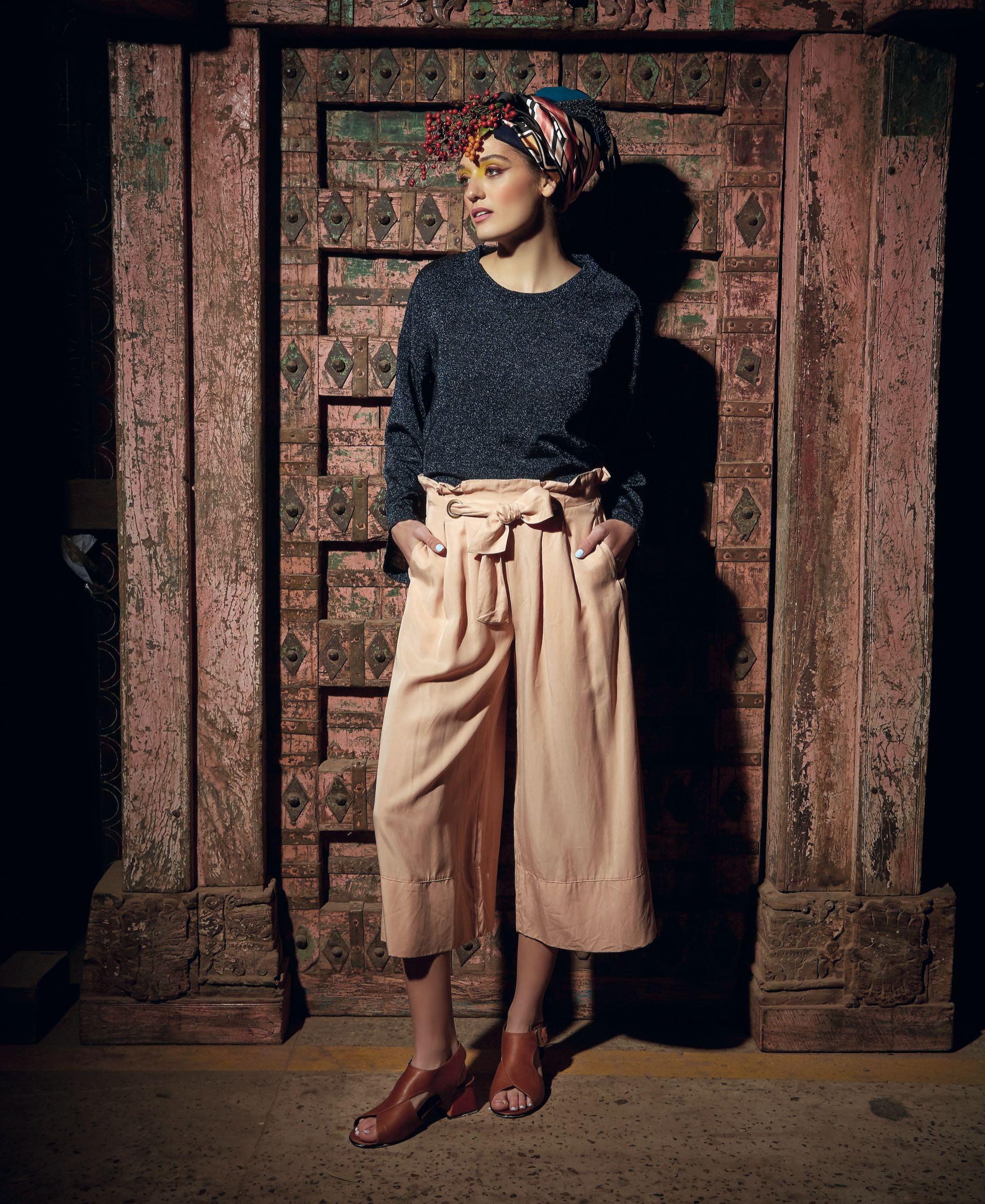 Suéter con brillos ($ 4.200, Uma), pantacourt ancho con lazo en la cintura ($ 3.500, Rapsodia) y zapatos con taco cuadrado ($ 6.340, Mishka). (Foto: Marcello Molinari/ Para Ti)