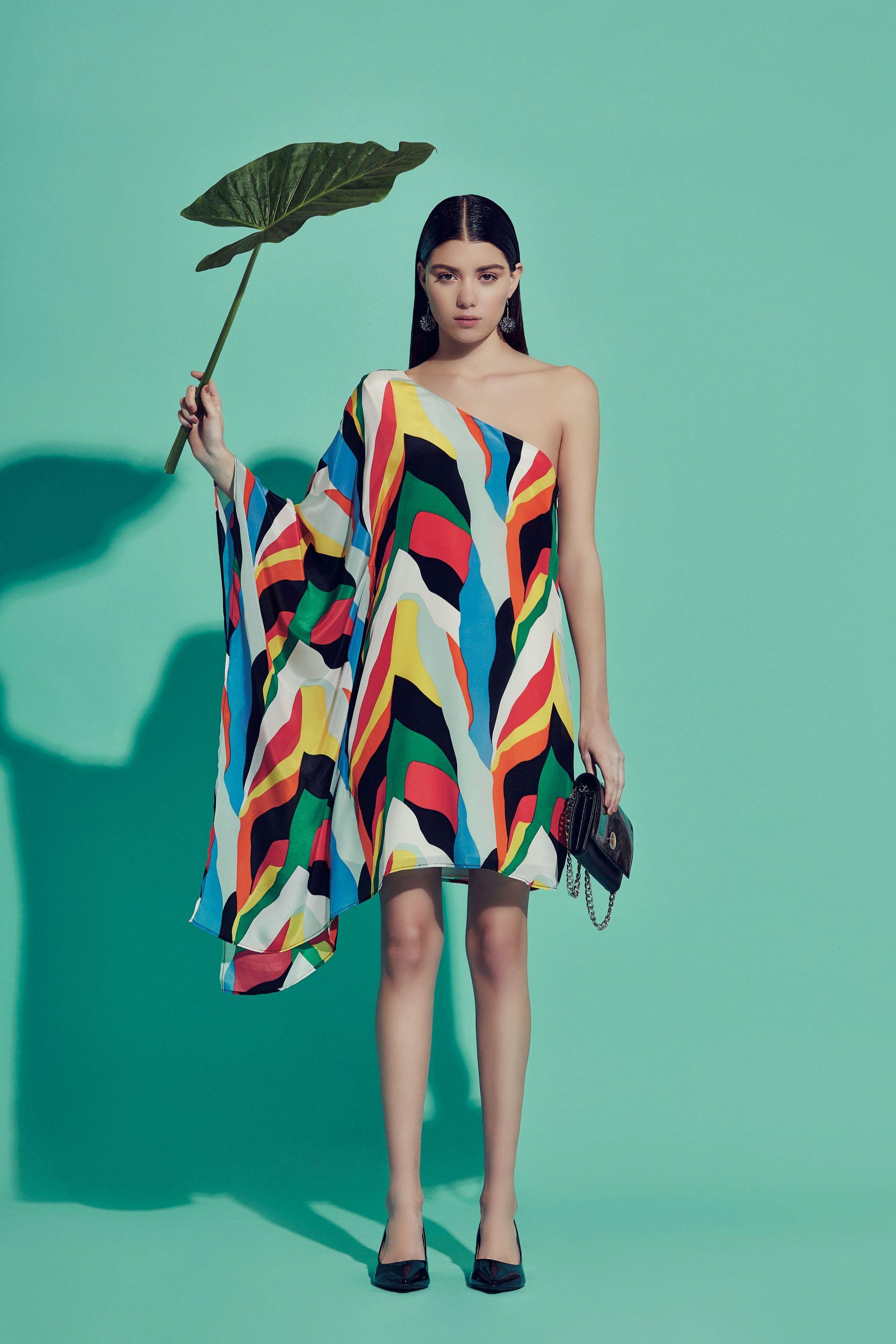 Vestido de seda estampada con un solo hombro ($ 6.998, Ayres) y zapatos ($ 2.290, Viamo). Cartera de charol ($ 2.300, Vitamina) y aros ($ 390, India Style). (Foto: Chino Toccalino/ Para Ti)