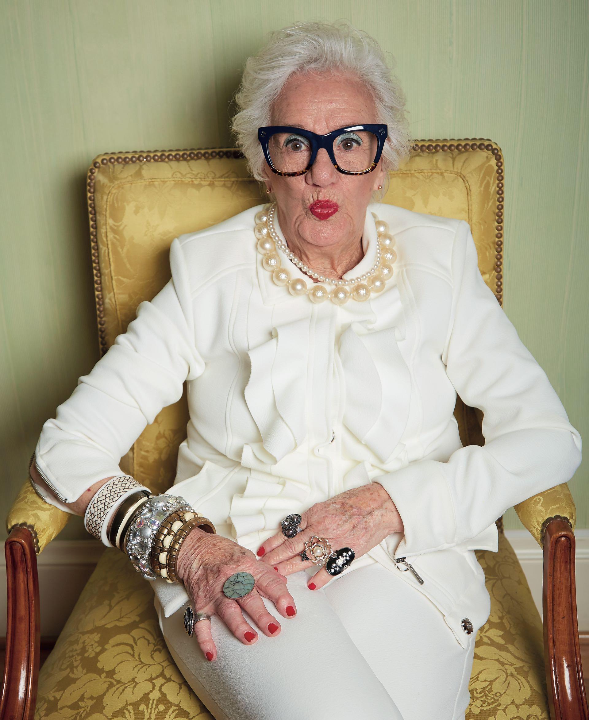 Chaqueta con volados y pantalón de crepé ($ 5.000 y $ 4.000 Laurencio Adot), collares de perlas, pulseras y anillos (Gabriella Capucci).