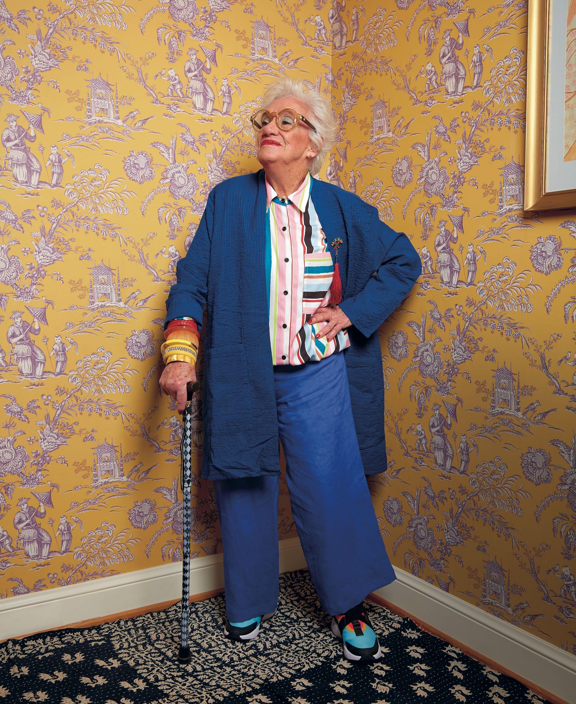 Camisa rayada ($ 2.980, Kosiuko), kimono con prendedor ($ 4.900 Rapsodia), pantalón de lino ($ 4.500, Mónica Socolovsky para Sathya), zapatillas botitas multicolor ($ 3.299, Nike) y anteojos redondos ($ 2.390, Infinit).(Foto: Marcello Molinari/ Para Ti)