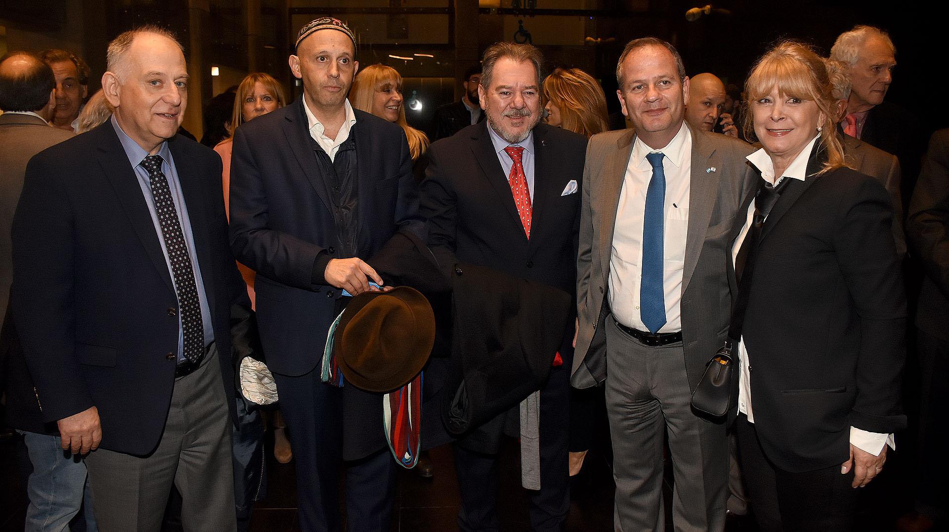 Marceli Minc, Sergio Bergman, Mario Montoto con su mujer y el embajador Ilan Sztulman