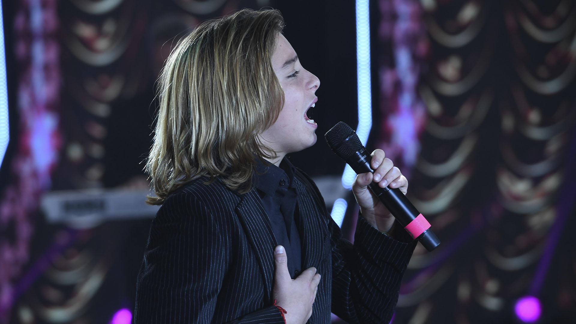 """Izan Llunas, el pequeño actor de """"Luis Miguel, la serie"""" cantó en la apertura de """"ShowMatch"""""""