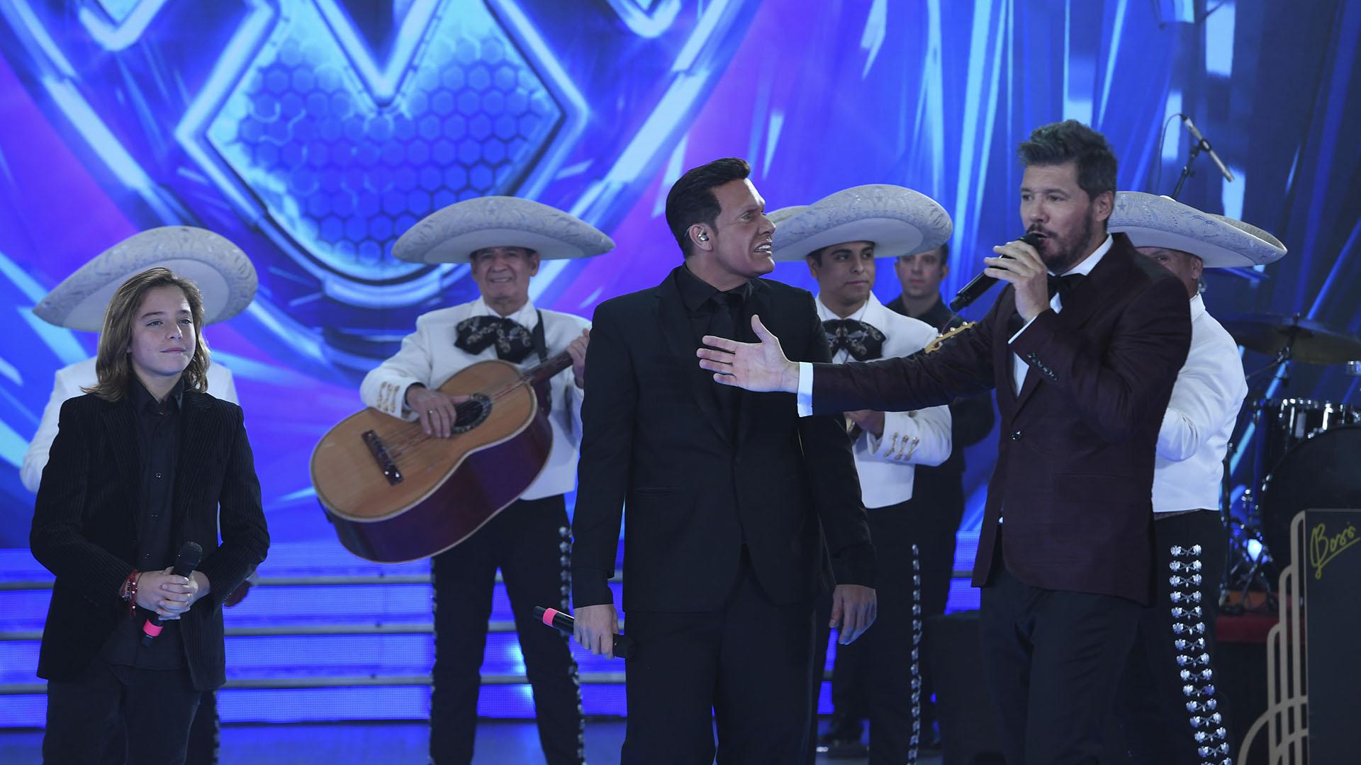 Marcelo Tinelli con Izan Llunas y Luis Miguel, imitado por Martín Bossi