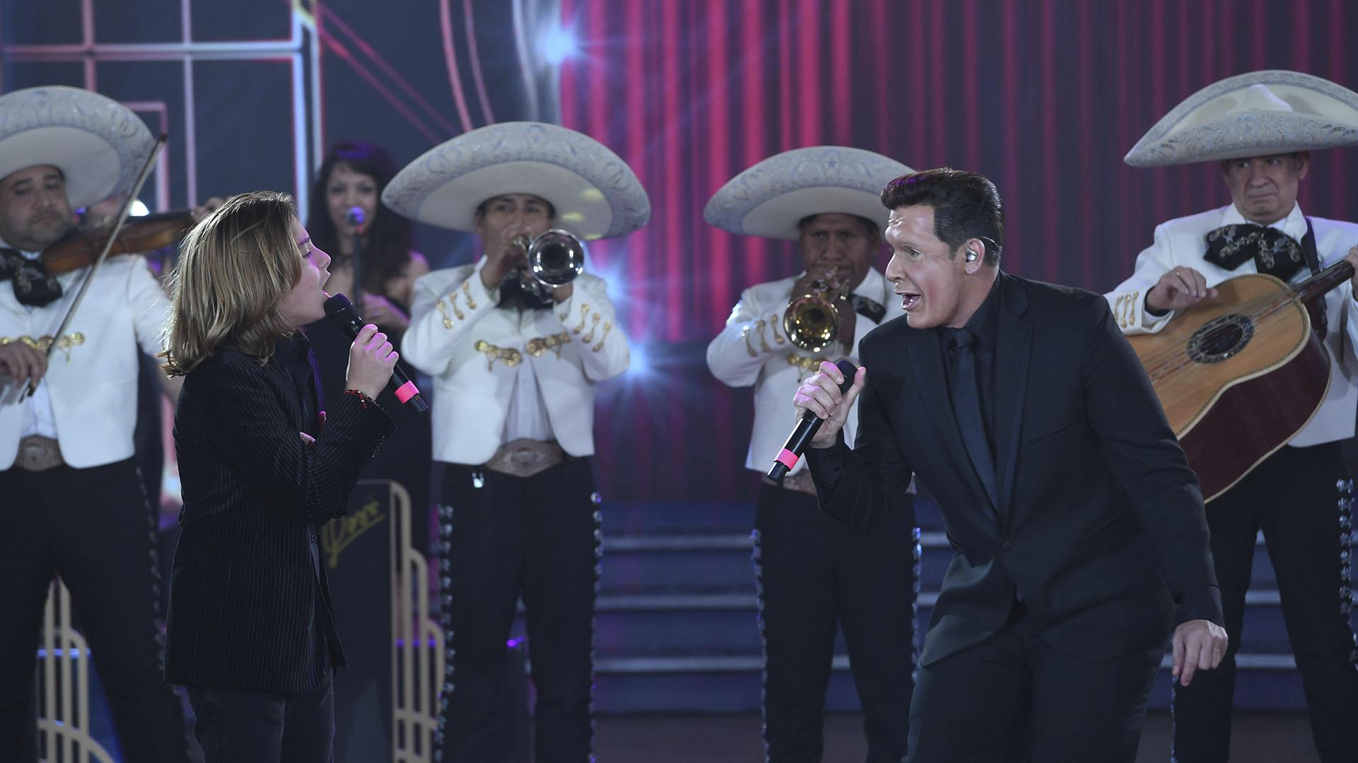 """Izan Llunas, que interpretó al """"Rey Sol"""" de pequeño en la exitosa serie de Netflix, cantando junto a Martín Bossi, imitando a Luis Miguel"""