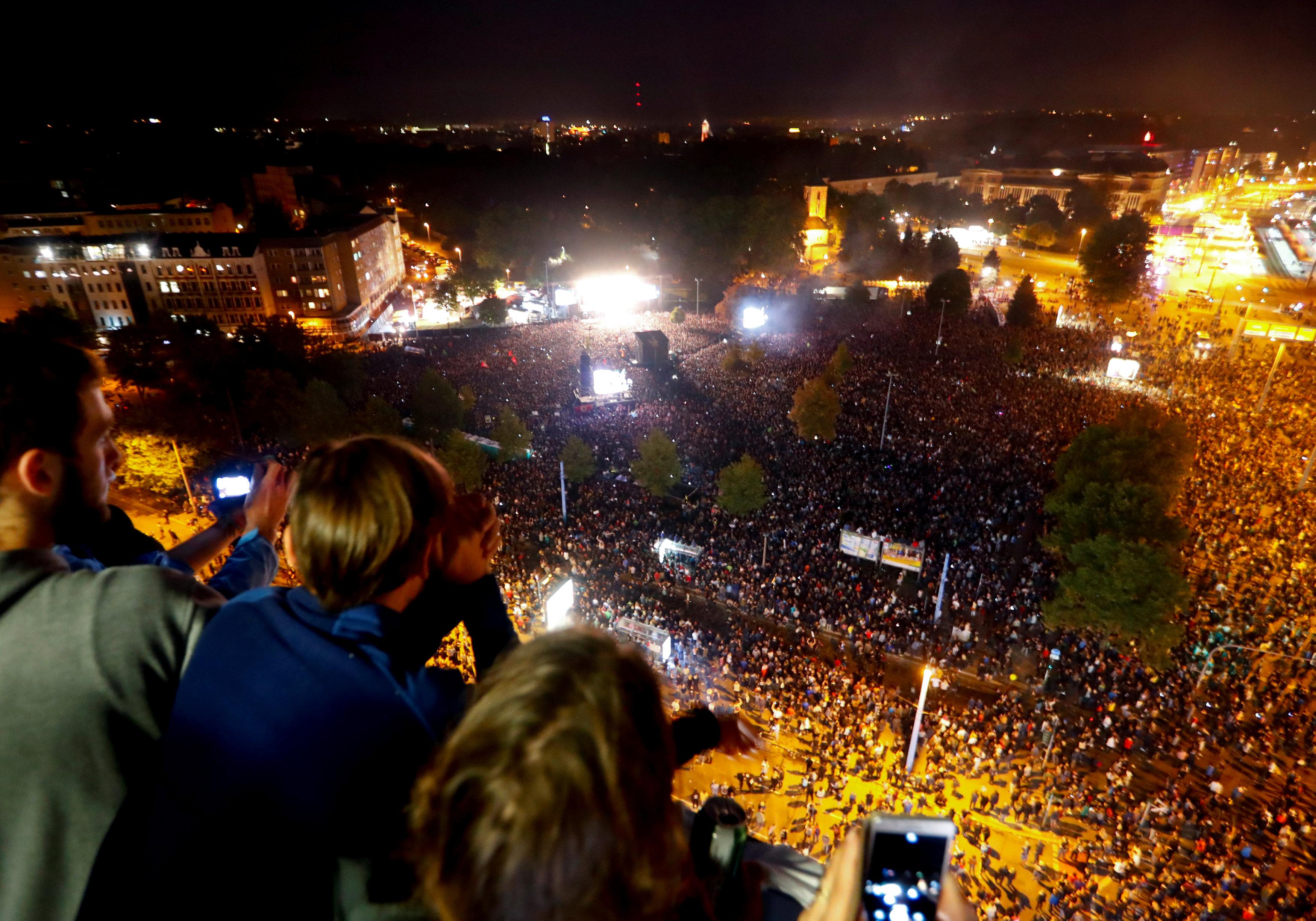 Personas observan el concierto contra el racismo en Chemnitz (Reuters/ Hannibal Hanschke)