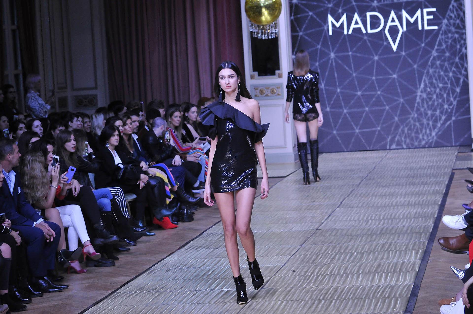 En los diseños predominaron las telas brillosas, los escotes pronunciados, las prendas de cuero, así como los monos y vestidos largos y cortos