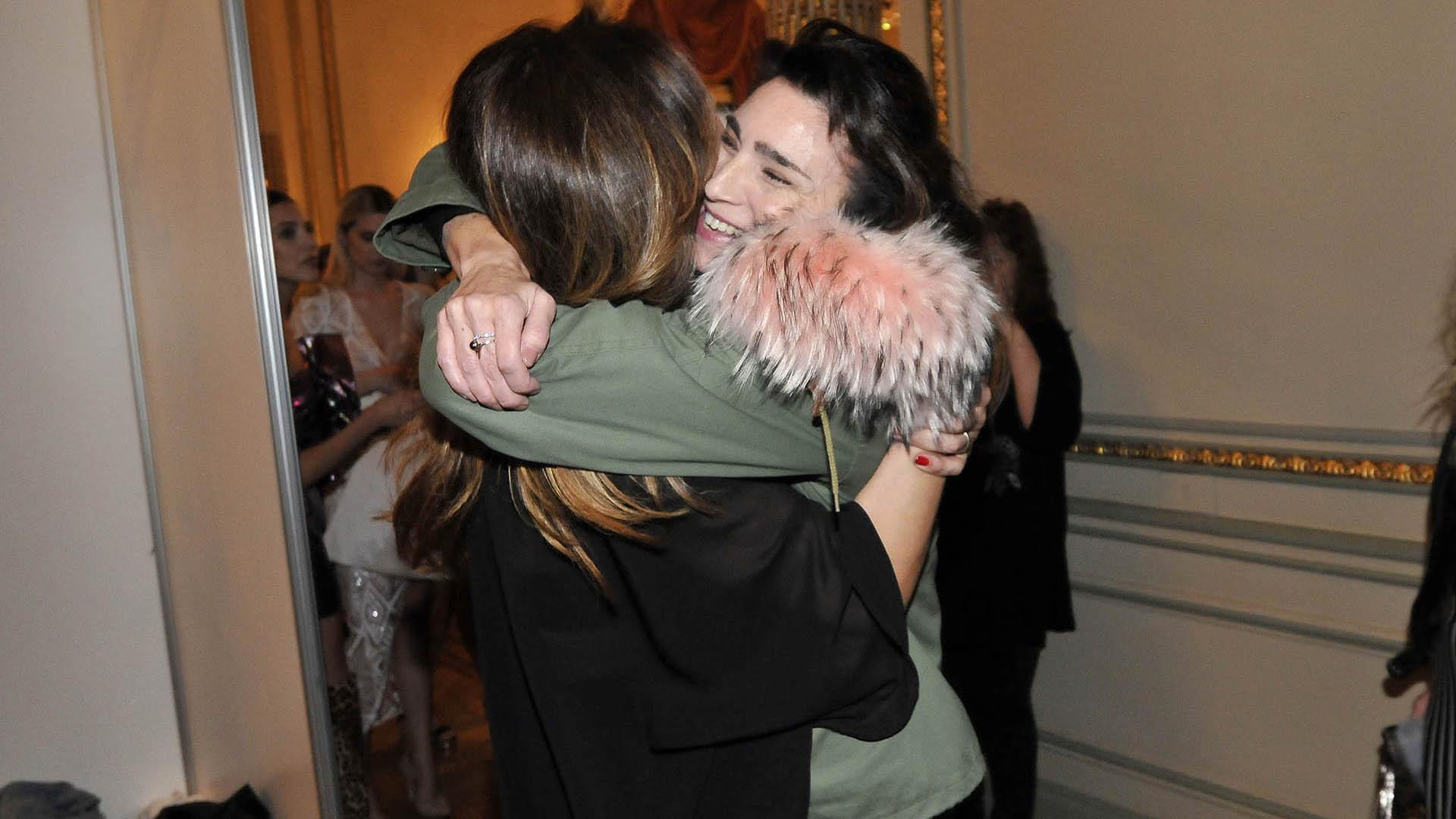 El abrazo entre la diseñadora y Valeria Bertuccelli