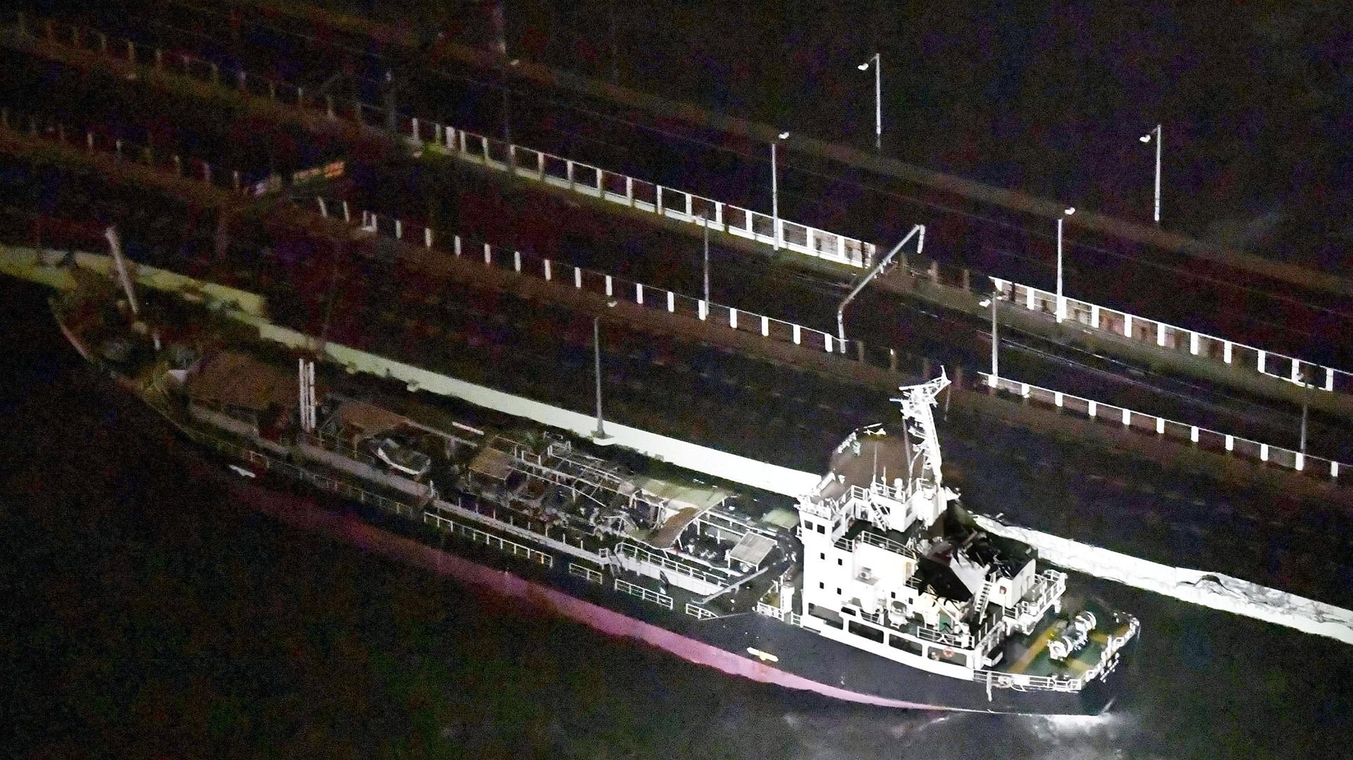 El choque del buque de 2.600 toneladas contra el puente del aeropuerto de Kansai(Reuters)