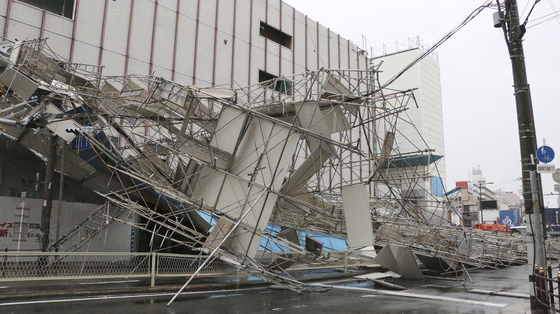 Otro edificio dañado por el tifón (Reuters)