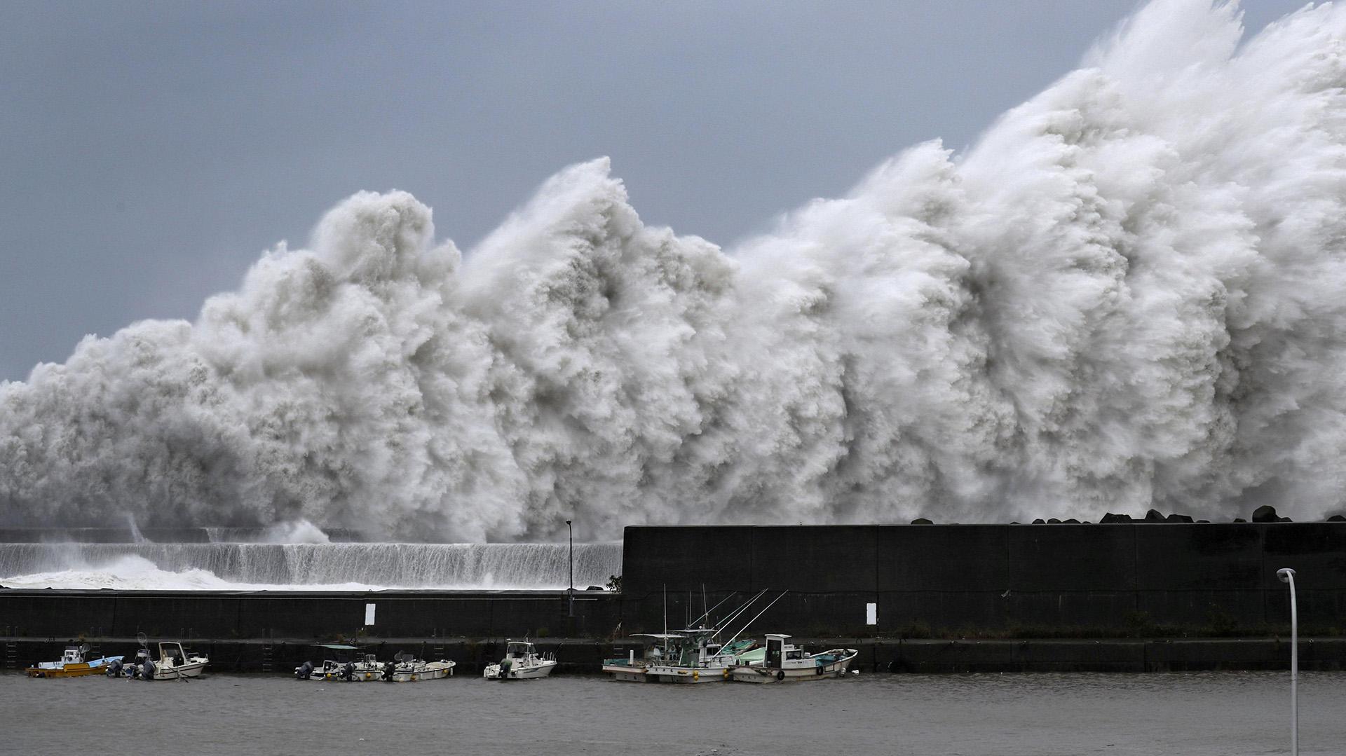Inmensas olas creadas por el tifón Jebi golpean el puerto de Aki(Reuters)