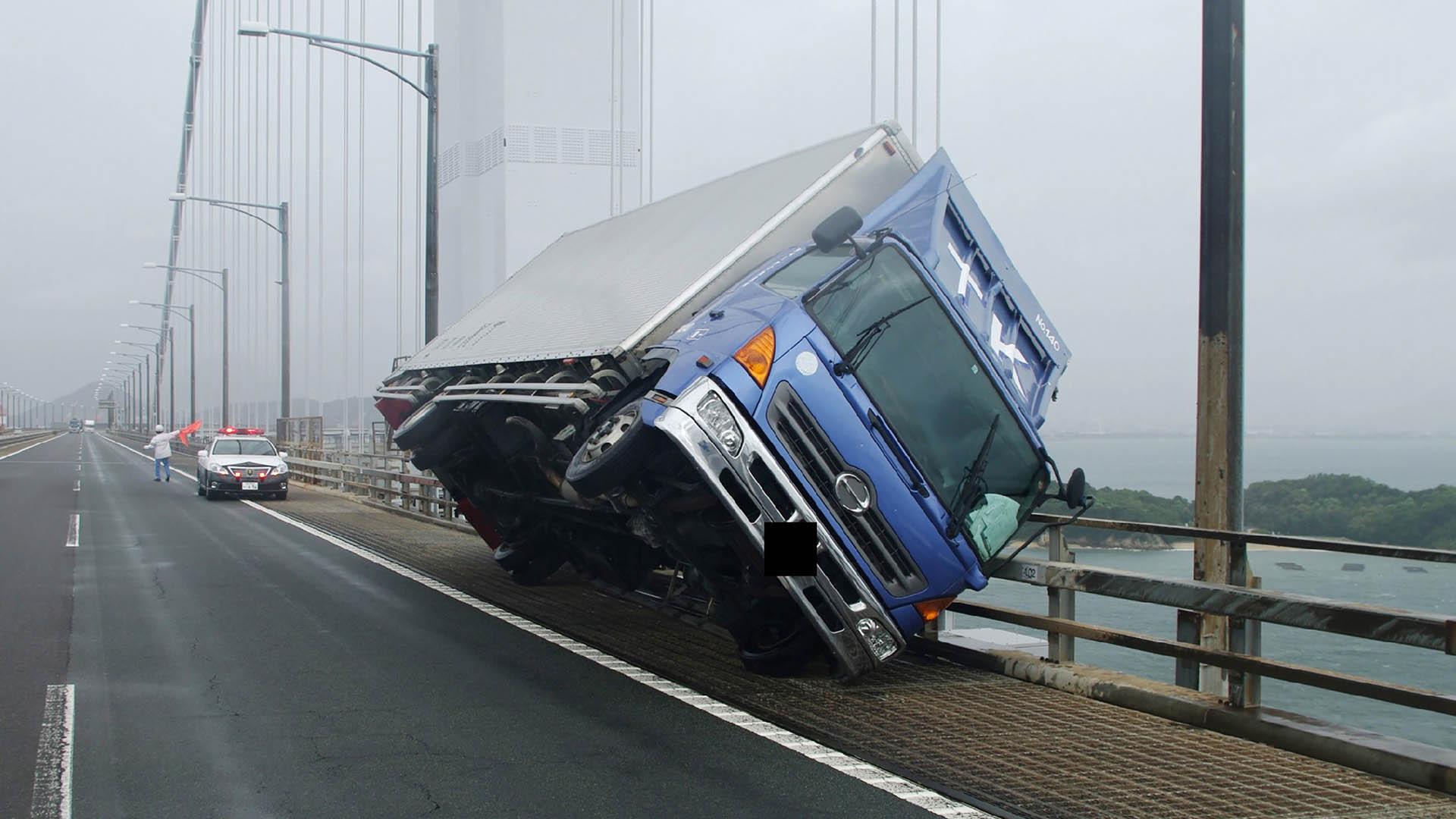 Así quedó un camión afectado por los vientos de 220 kilómetros por hora (AFP)