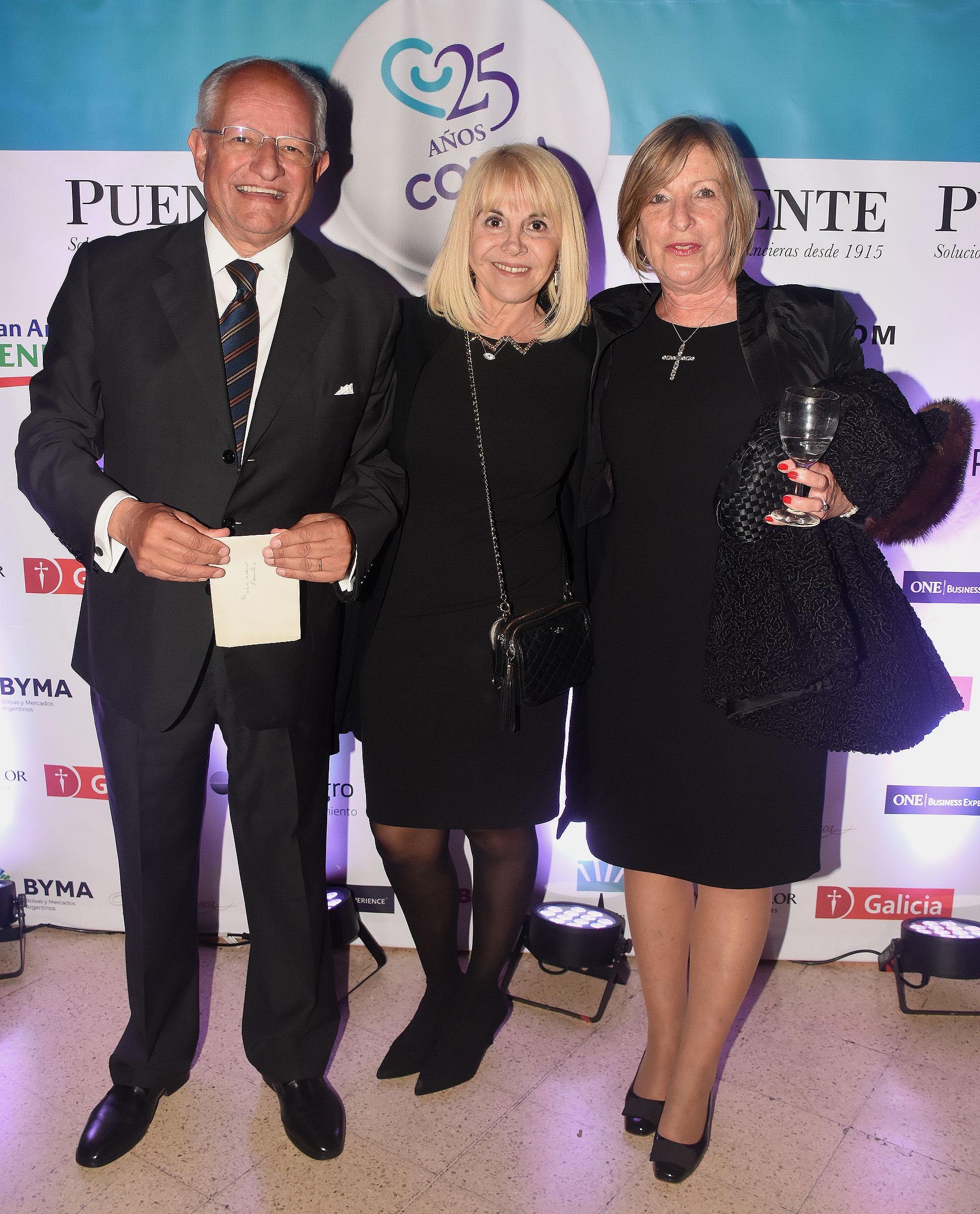 Abel Albino junto a su mujer y Claudia Villafañe