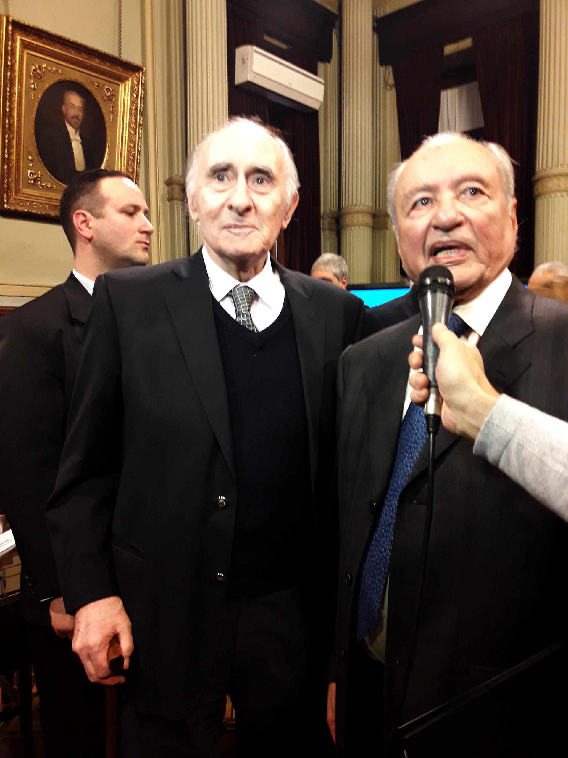 Junto al dirigente peronista Eduardo Menem