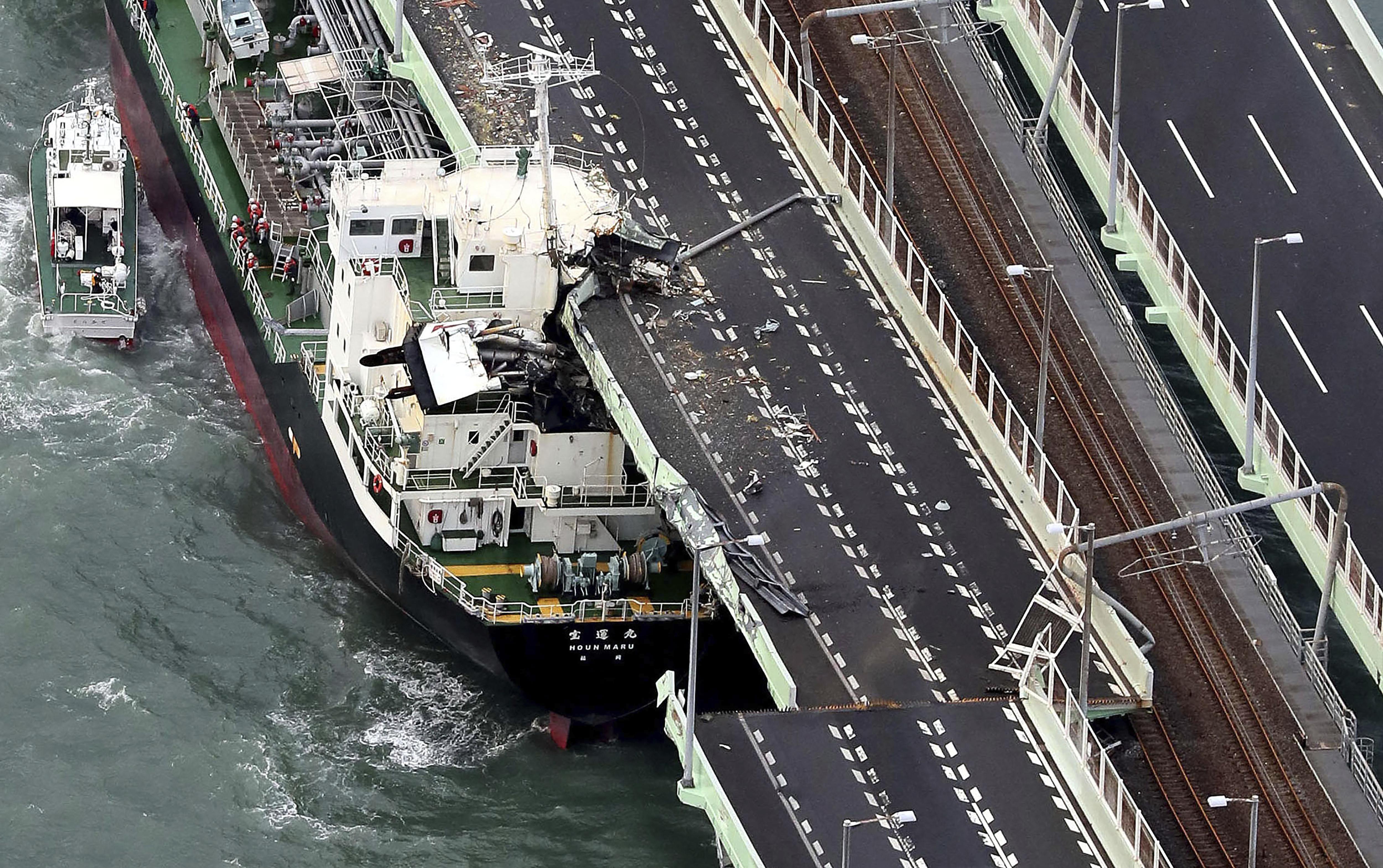 Un barco de carga colisionó y partió con un puente de la autopista que une el aeropuerto de Osaka con la ciudad (Kentaro Ikushima/Mainichi Newspaper vía AP)
