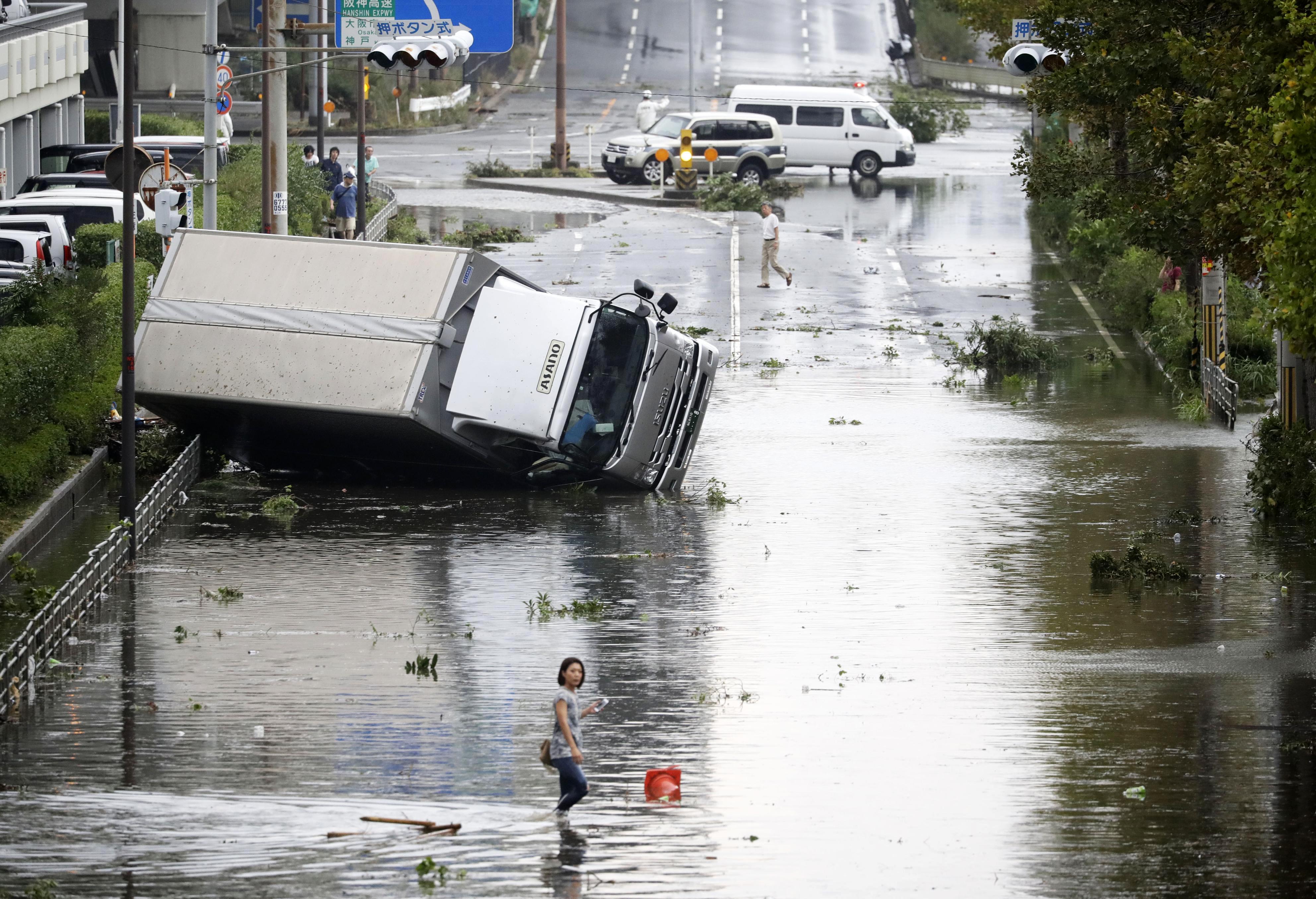 Vehículos destrozados e inundación, una terrible postal de las horas posteriores al tifón