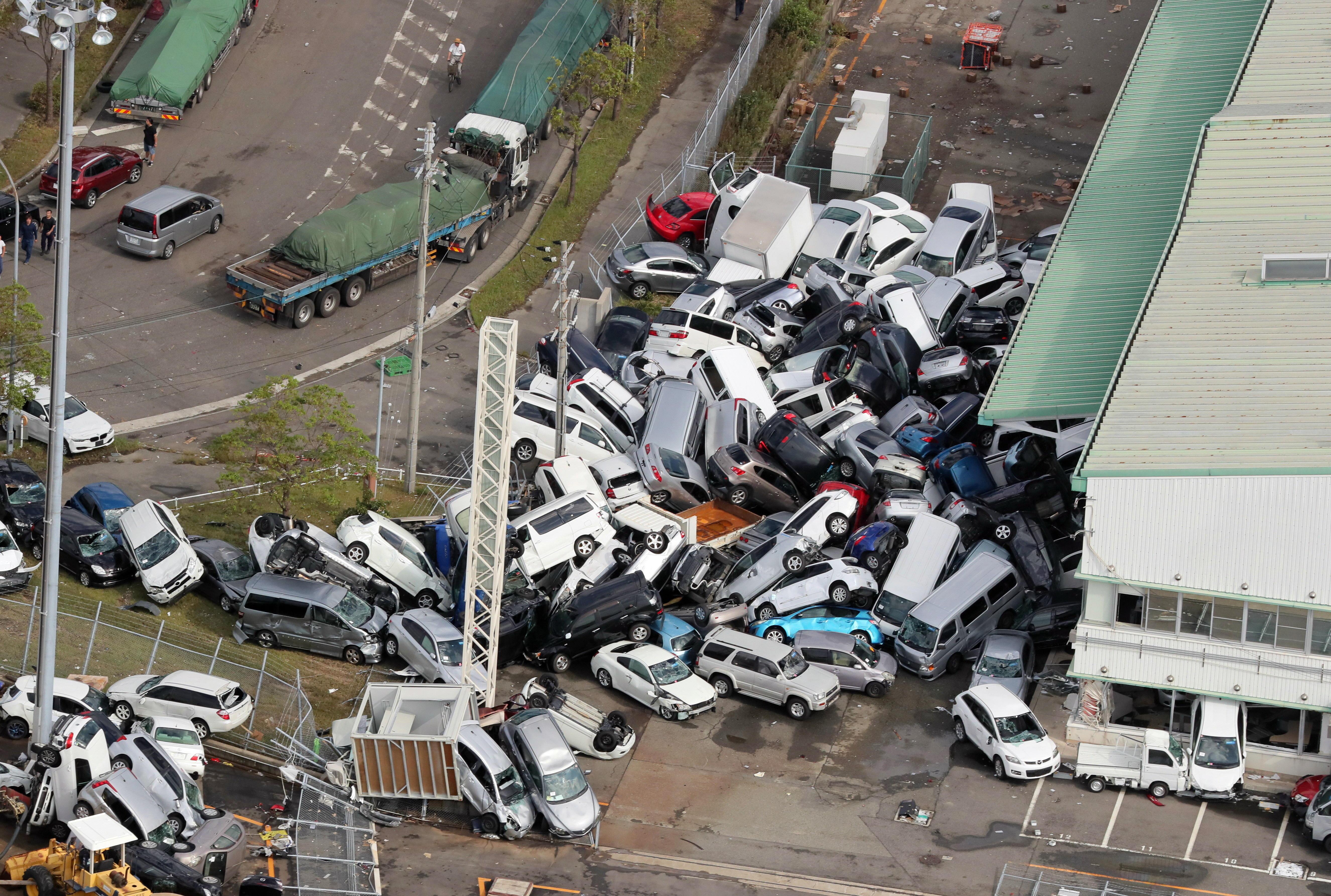 Fotografía de vehículos apilados en Shiga (EFE)