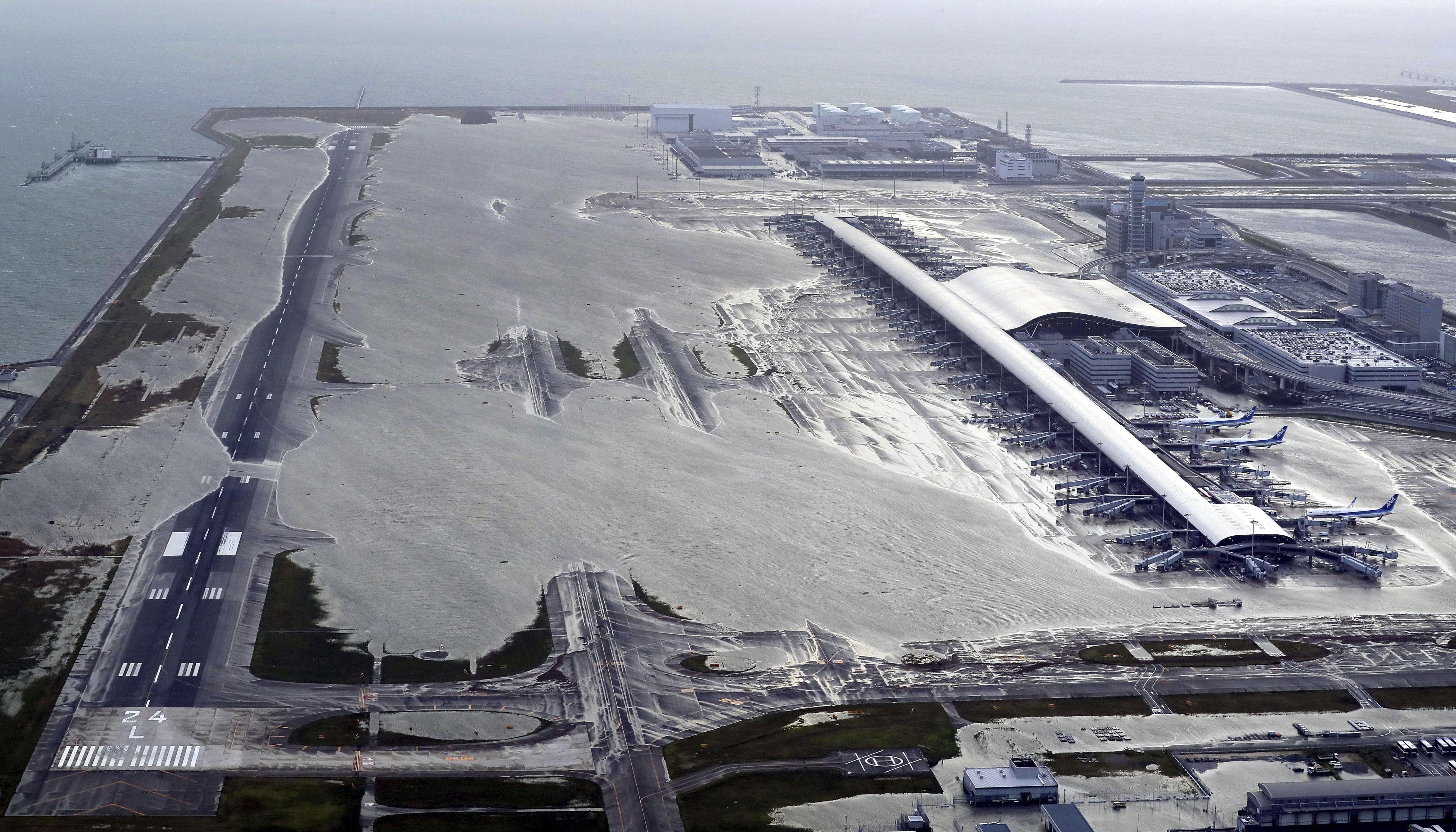El agua cubrió el aeropuerto de Kansai, en Osaka
