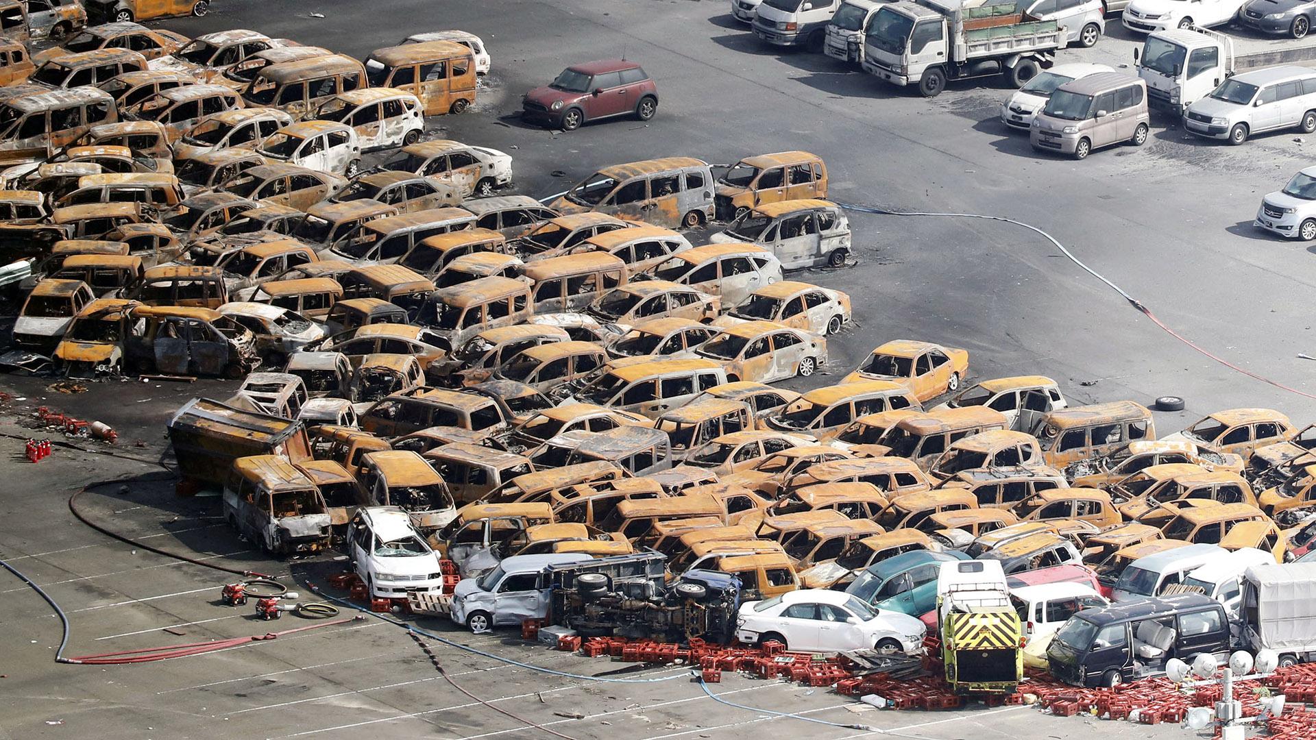 Decenas de autos apilados y quemados tras el tifón (Reuters)