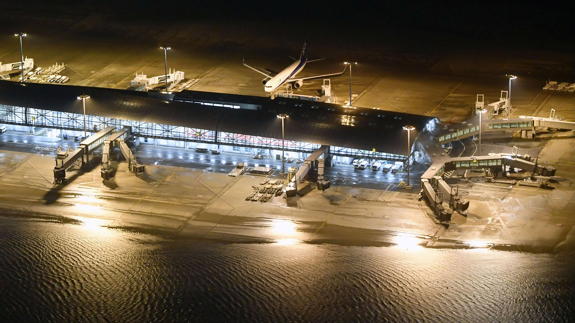 El aeropuerto de Kansai, inundado. El martes se suspendieron 800 vuelos, y otros 160 se cancelaron este miércoles (Reuters)