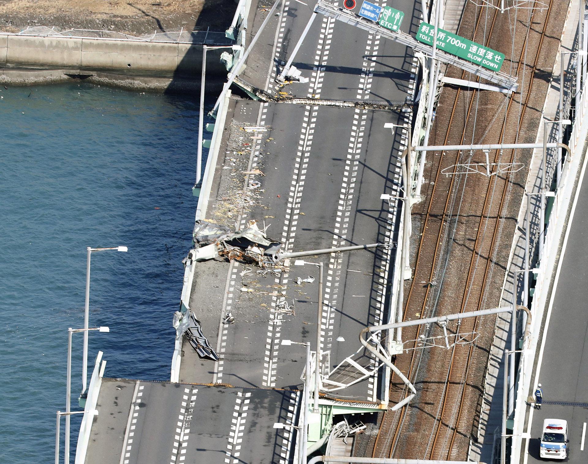 Este puente en Kansai resultó dañado tras ser golpeado por un buque de 2.600 toneladas, arrastrado por el viento