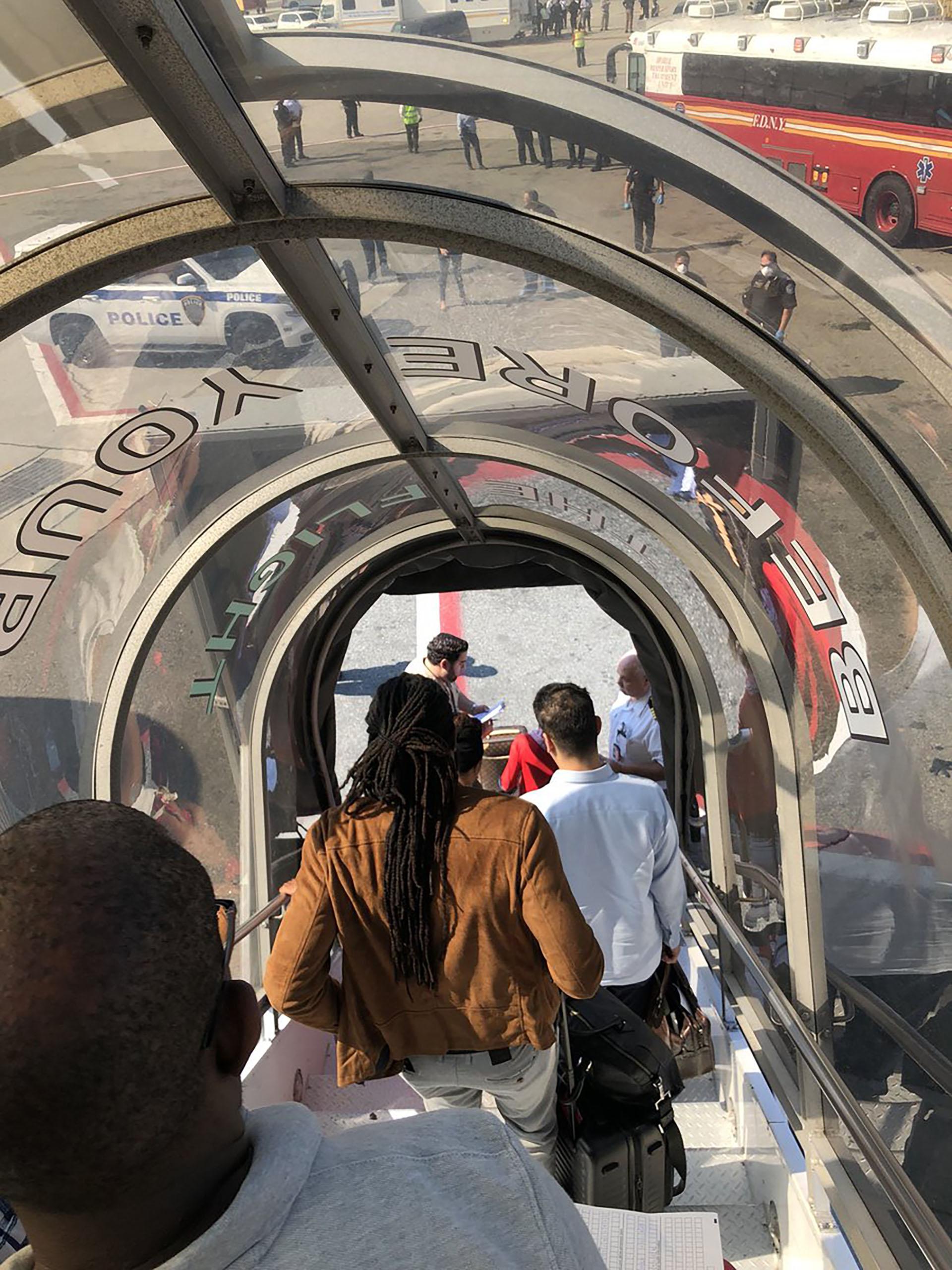 Alerta bacteriológica en Nueva York: aterrizó un avión con pasajeros  enfermos y fue puesto en cuarentena - Infobae