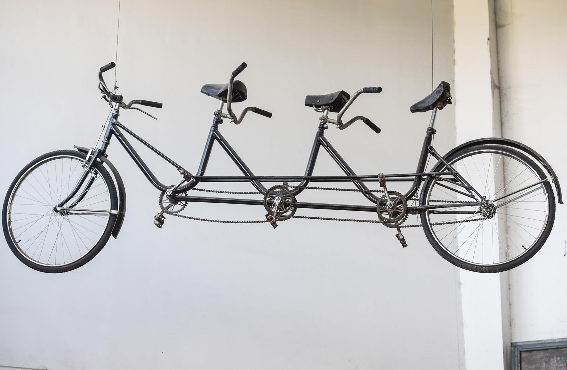 """Bici triple que no se vende y recuerda la infancia de Diego, Ricardo y Sergio. Los llamaban """"los tres chiflados"""" y es por eso que tiene un afecto especial y admitió que recibió varias ofertas de compra pero nunca accedió a ninguna"""