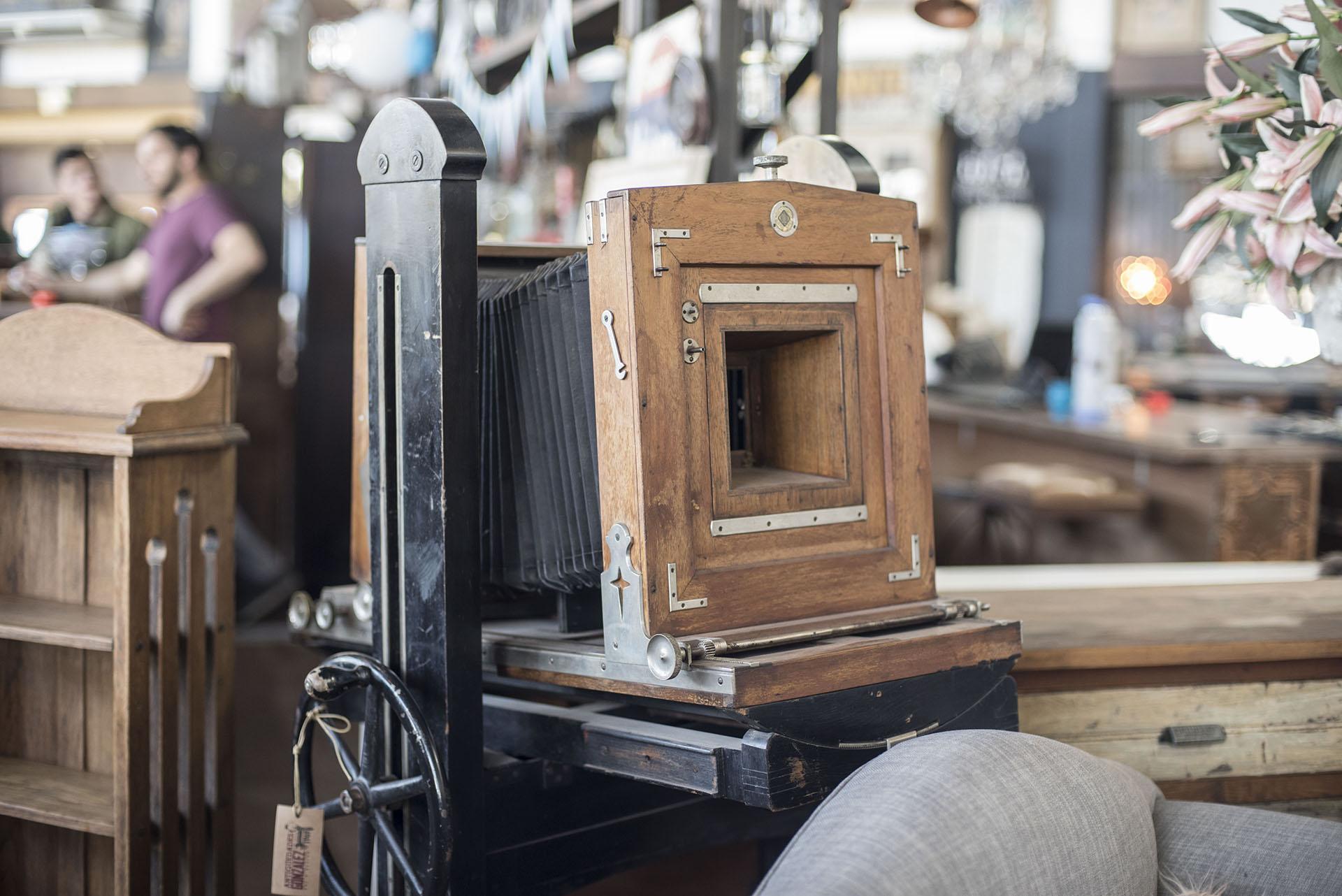 Una máquina de fotos antigua que Diego compró en un viaje a Santa Fe y mencionó en la entrevista como uno de sus tesoros más antiguos que tiene dentro de la tienda