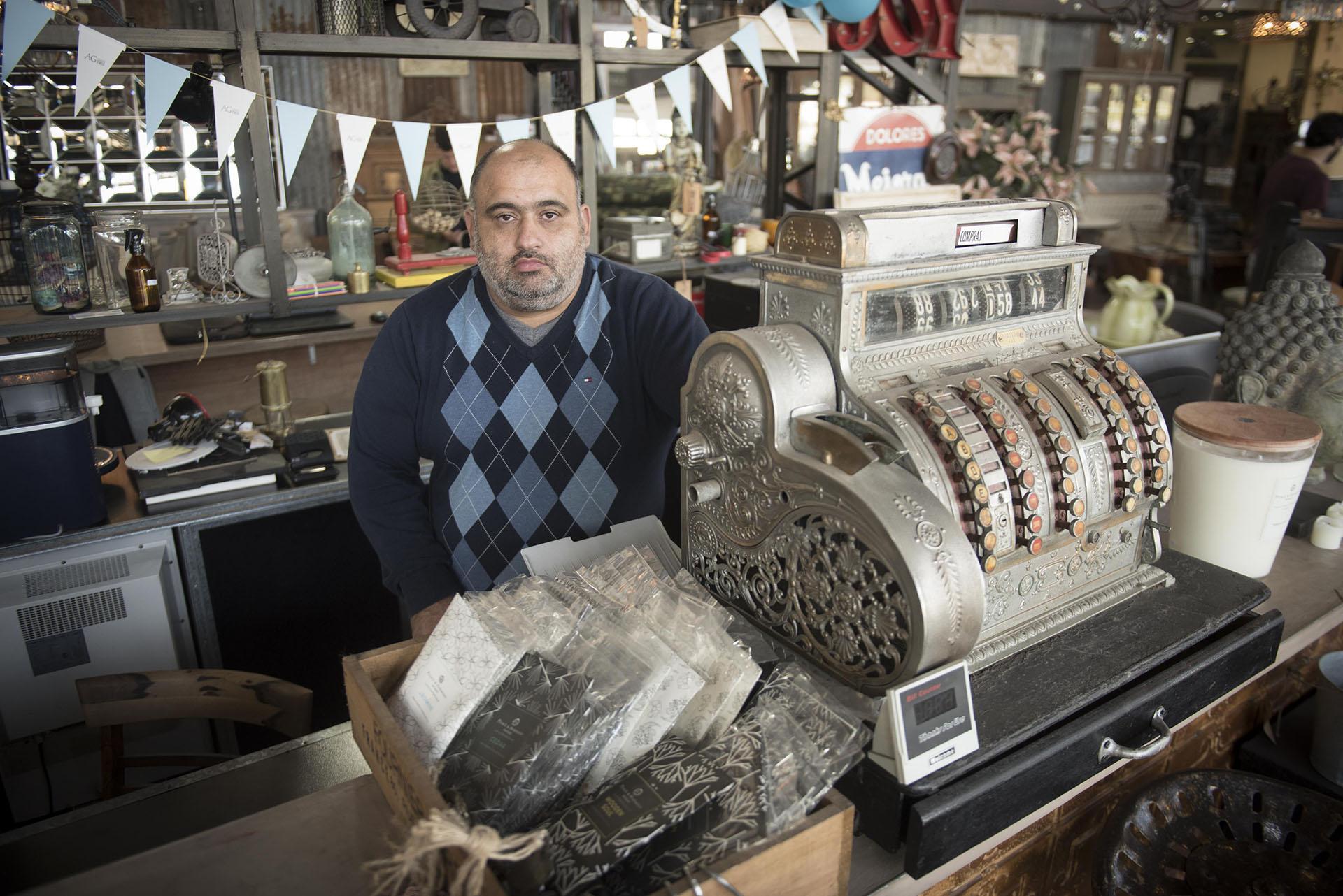 Diego González, uno de los tres hermanos que quedó a cargo del anticuario familiar con más de 30 años de experiencia