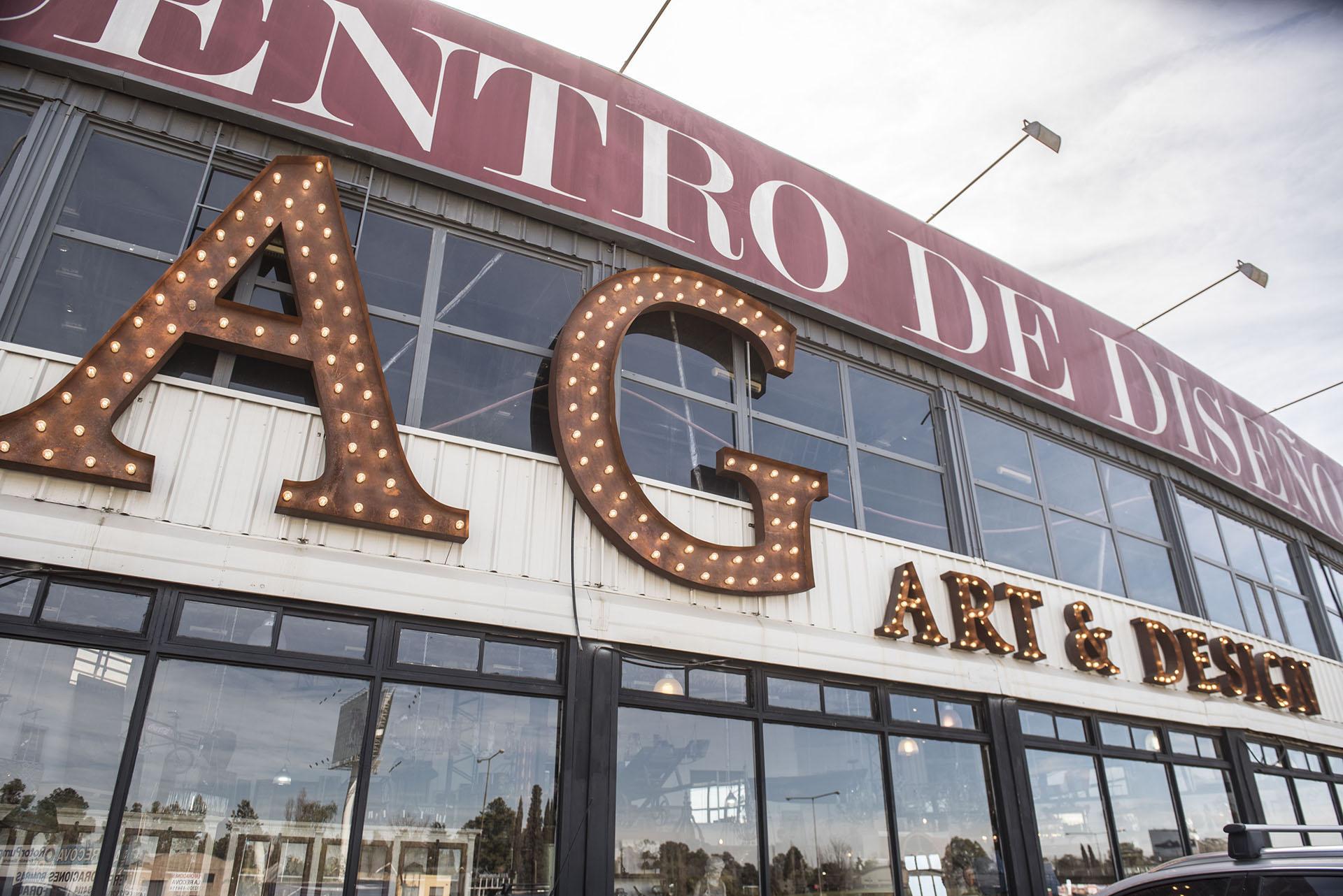 La imponente fachada del galpón, con letras luminosas en bronce