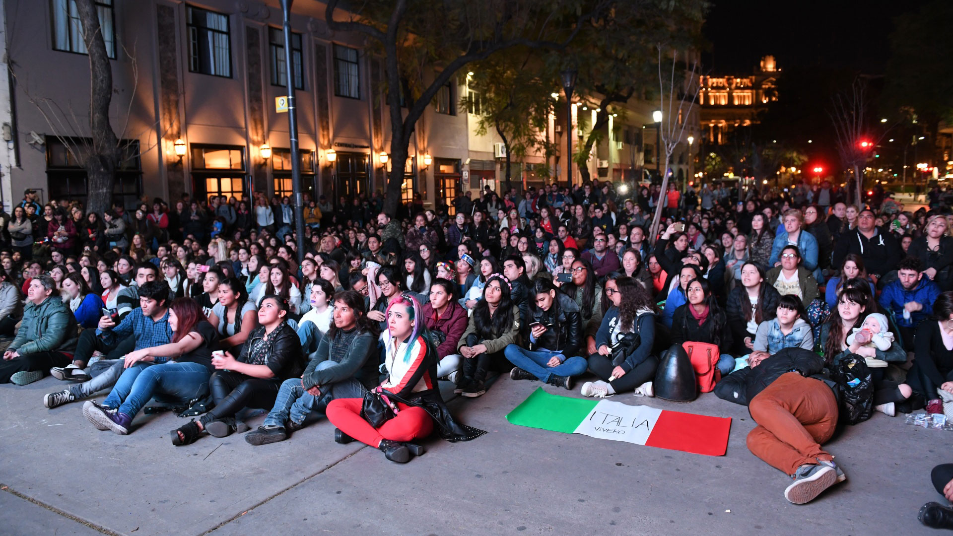 """El público, sentado y atento, a los que iba ocurriendo en la transmisión de """"Vive Ro"""""""