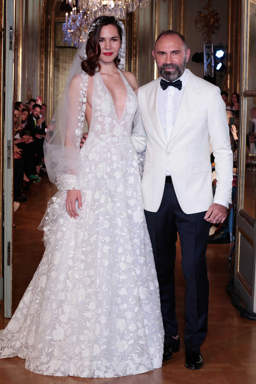 Gabriel Lage junto a una de sus modelos luciendo un fabuloso vestido de novia de su nueva colección