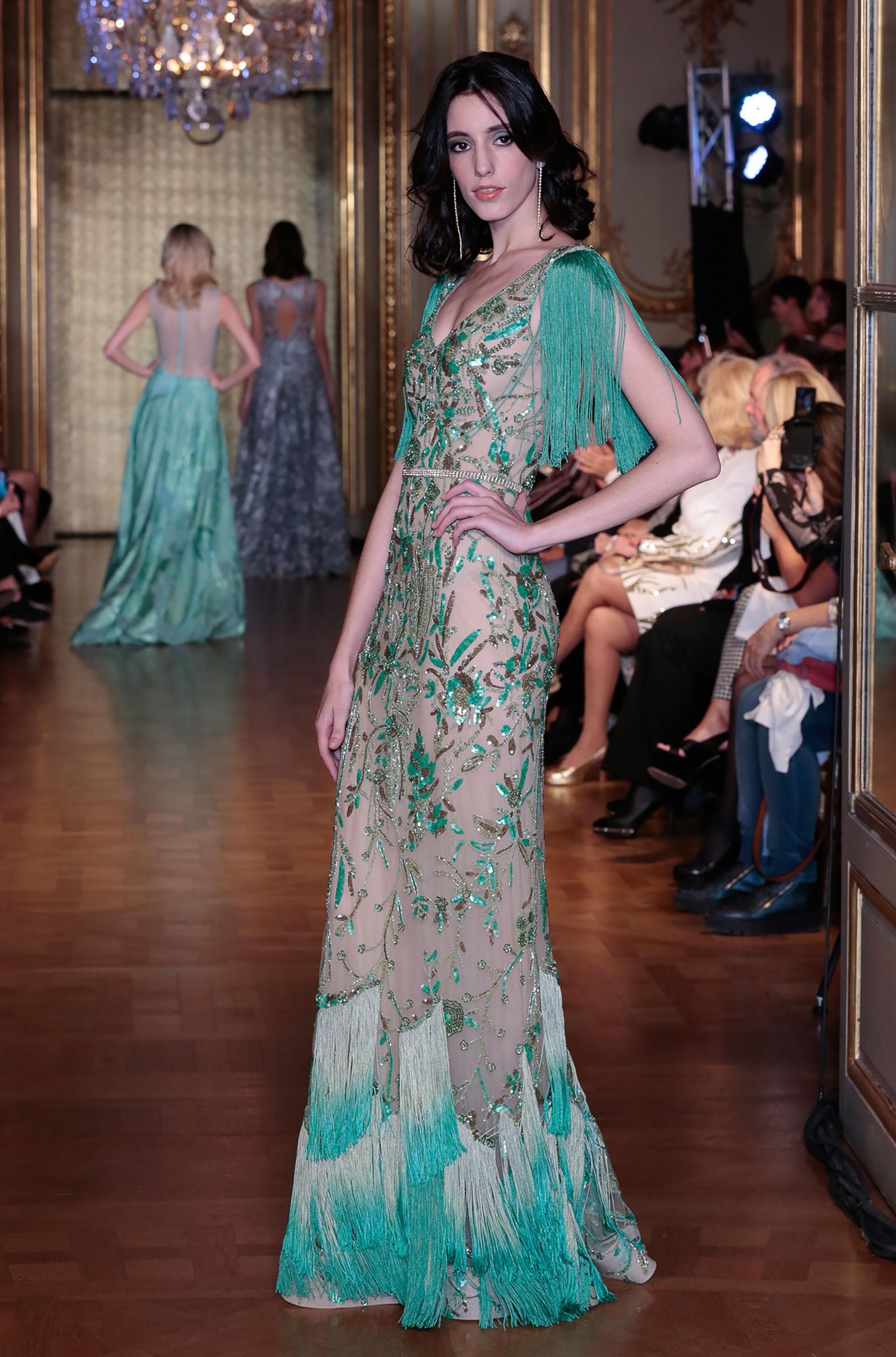 Hace 28 años que Gabriel Lage despliega su pasión expresándose a través de los diseños, colores y materiales preferidos para cada una de sus creaciones: el empeño en enmarcar la belleza femenina destacando su estilo y personalidad son el fundamento de su colección