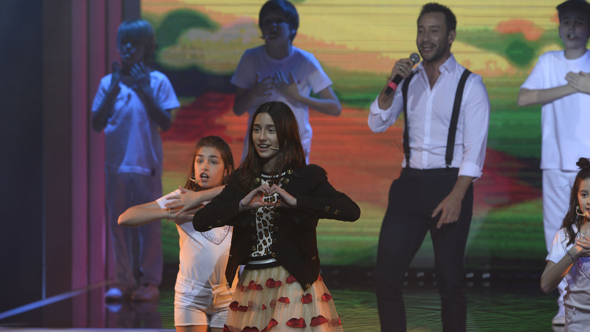 """Azul, hija de Romina, se sumó a Luciano Pereyra para cantar """"Corazón con agujeritos"""""""