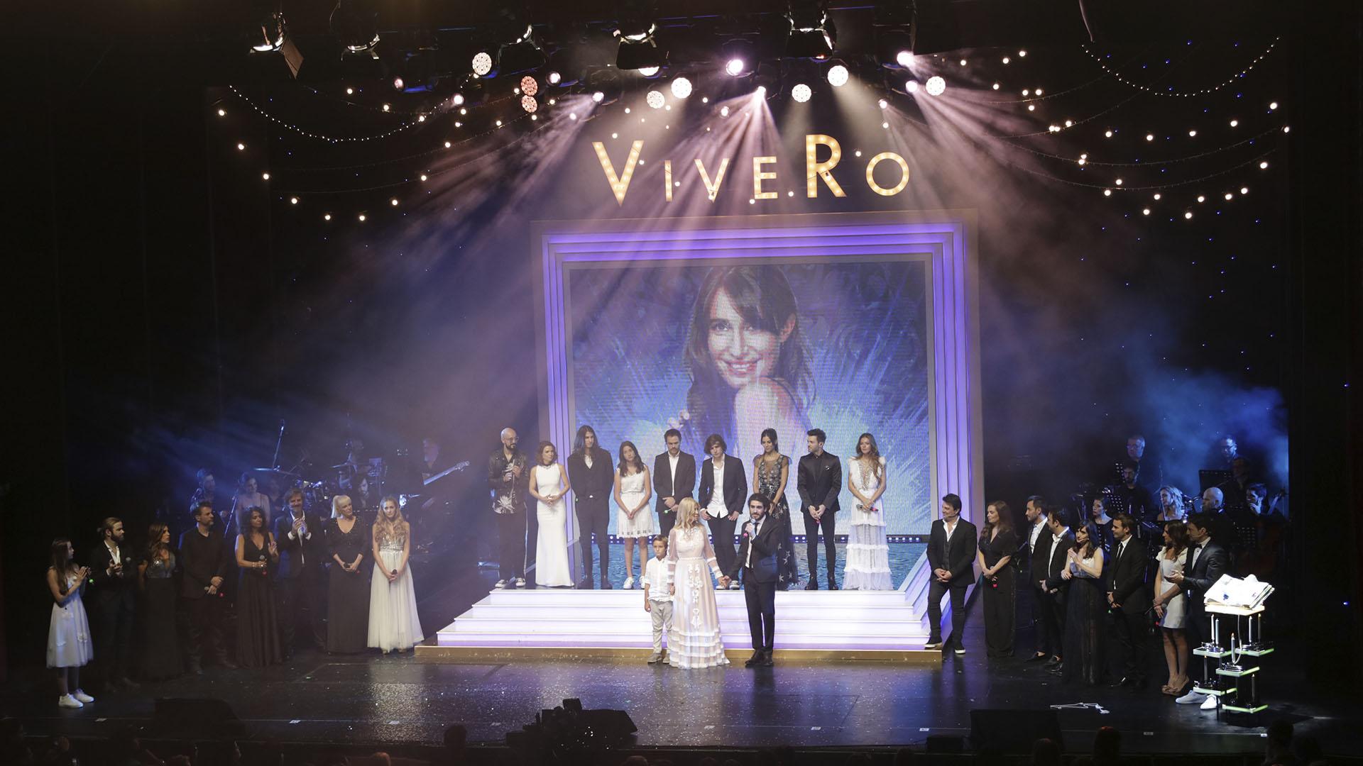 En el final, todos los músicos que participaron del homenaje acompañaron a Cris en el escenario