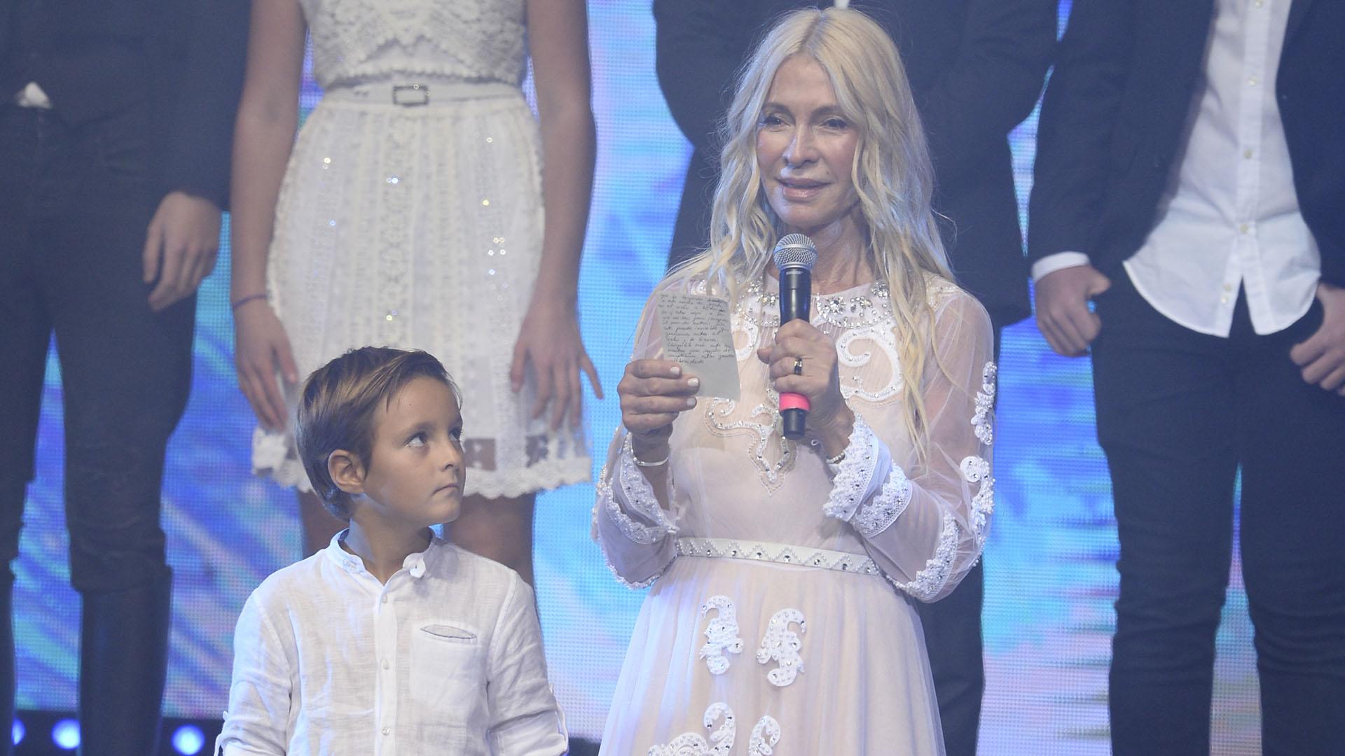 """Cris Morena encabezó un homenaje a su hija Romina Yan con diversas figuras del espectáculo. """"Chiquita mía, este es nuestro regalo de cumpleaños"""", dijo la productora y empresaria (Telefe)"""