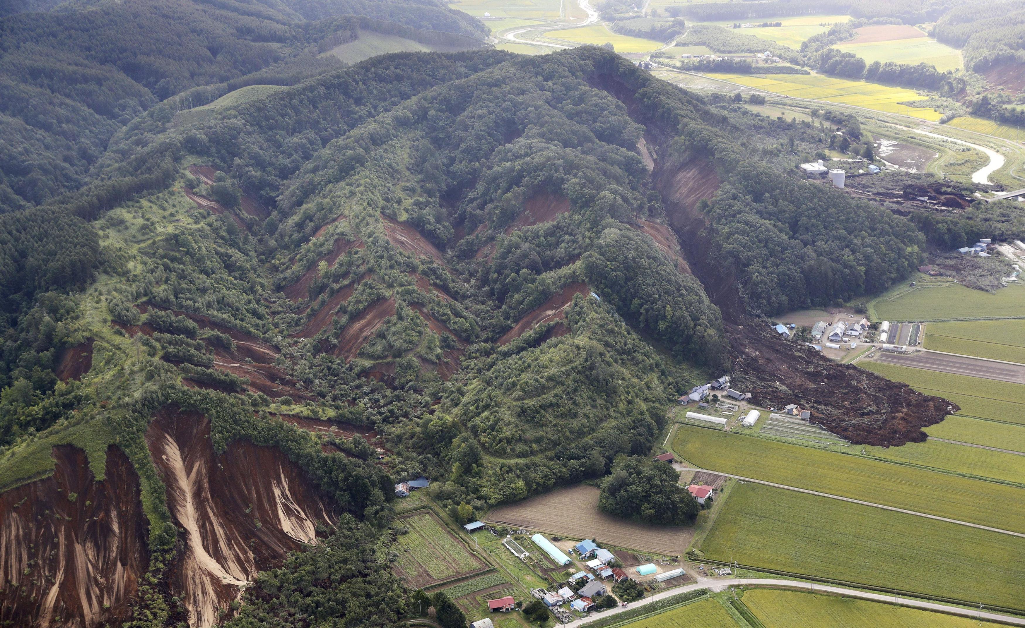El deslave provocó que varias casa quedaran sepultadas o destruidas (Reuters)