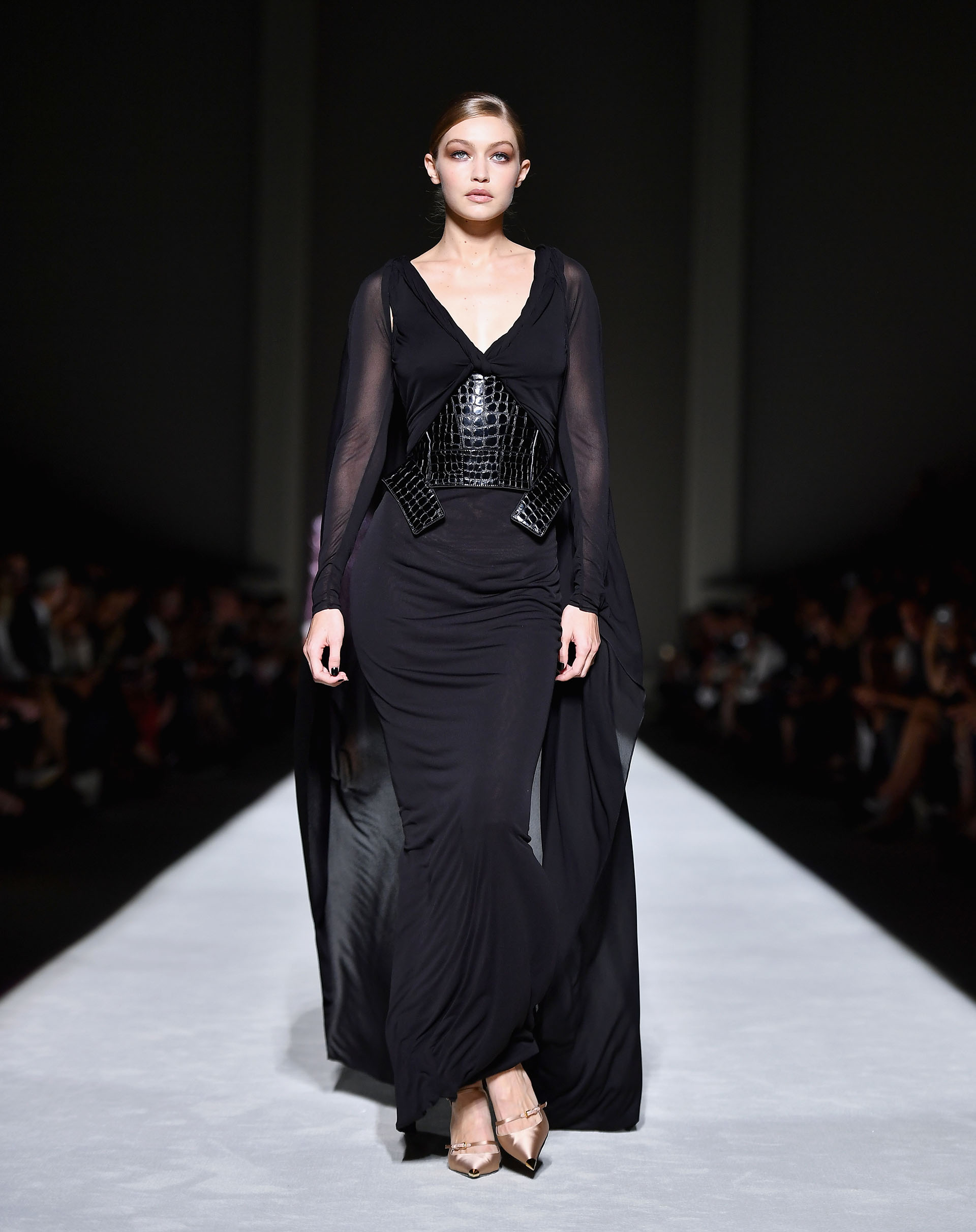 Gigi Hadid enfudada en vestido negro con transparencias (AFP PHOTO / Angela Weiss)