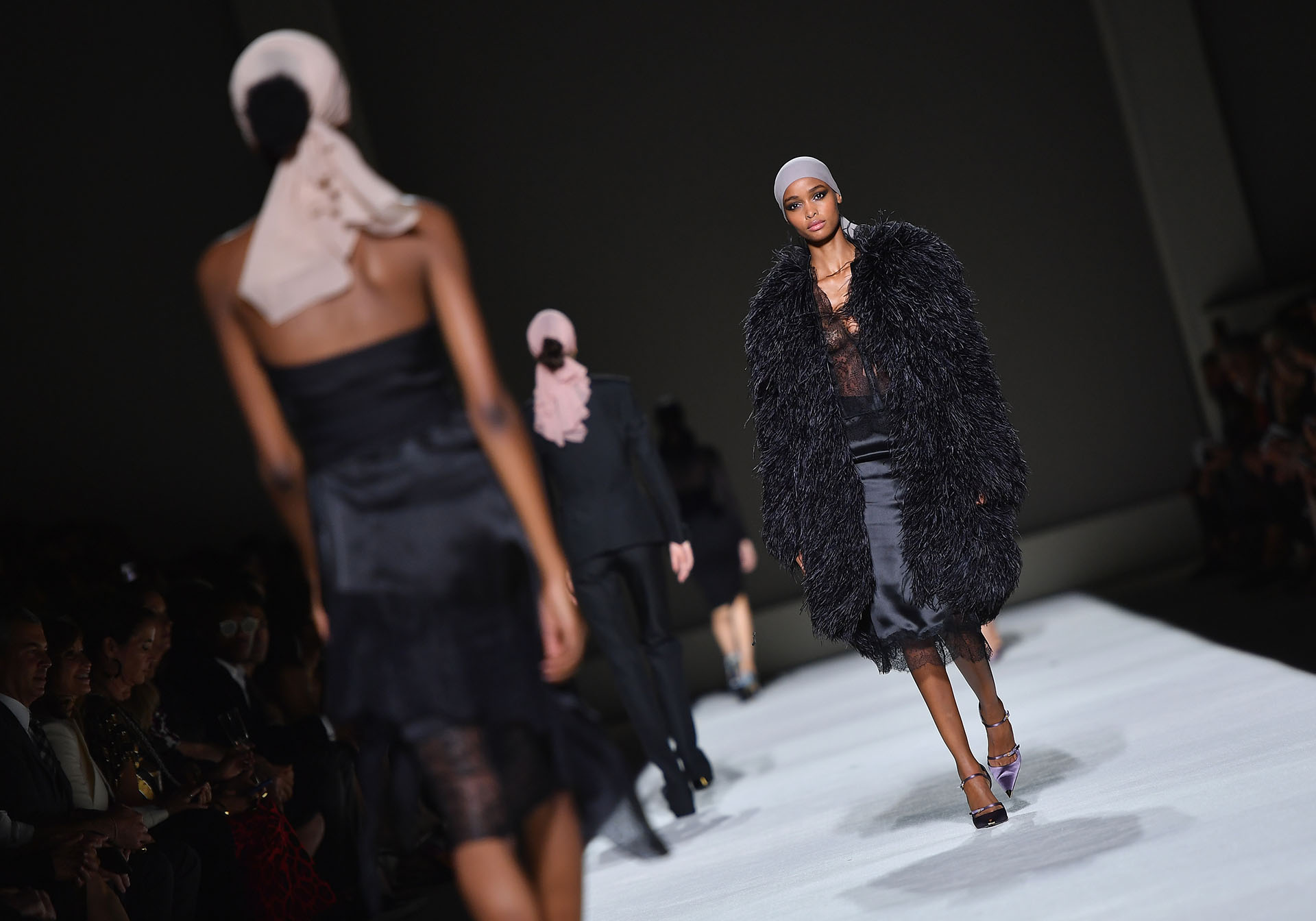 Fusión de texturas: plumas en abrigos y faldas lápiz satinadas con encaje